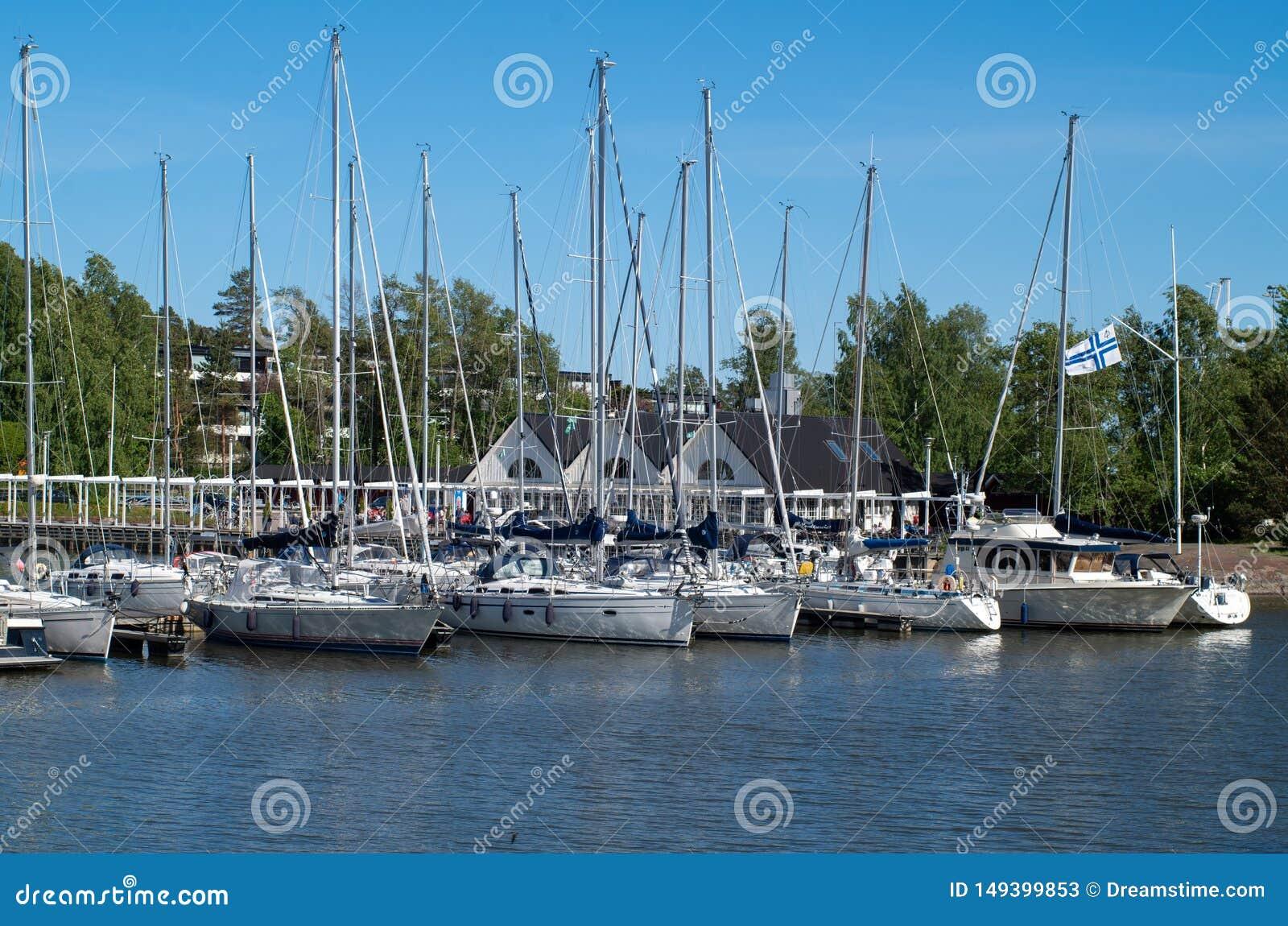 Yacht sul mare il giorno soleggiato