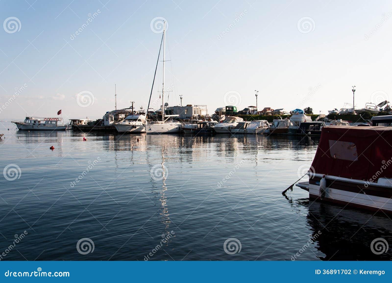Download Yacht sul porticciolo fotografia editoriale. Immagine di trasporto - 36891702