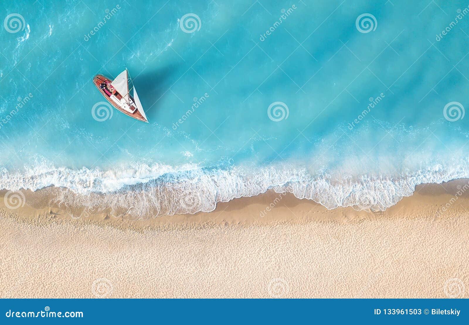 Yacht sur la surface de l eau de la vue supérieure Fond de l eau de turquoise de vue supérieure