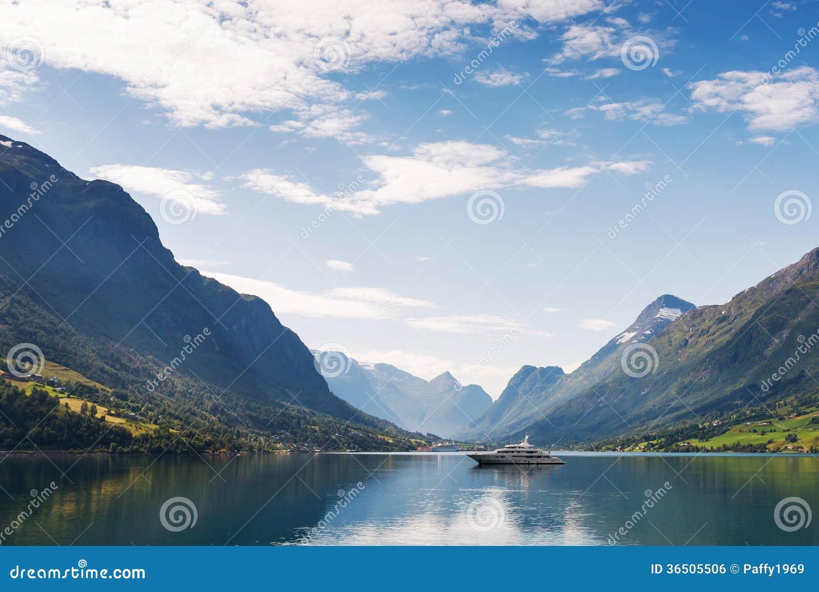 Yacht sur Nordfjord
