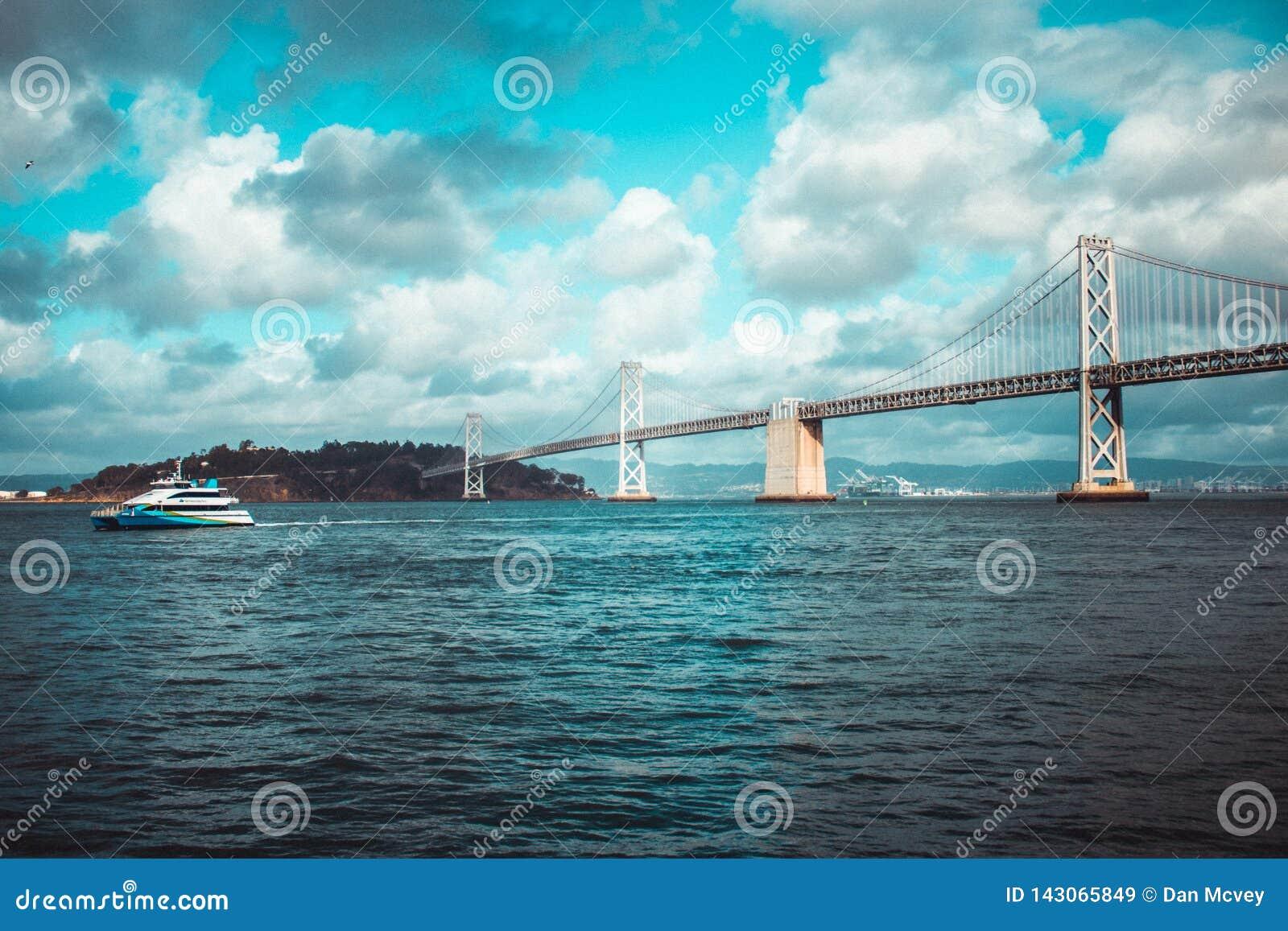 Yachten förbigår fjärdbron