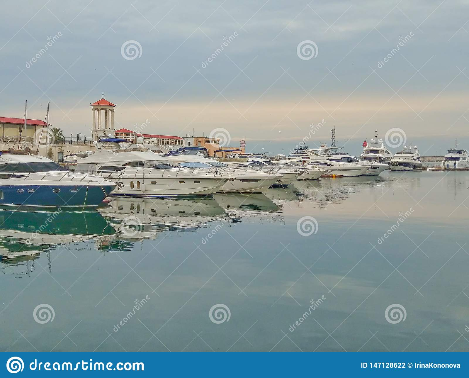 Yachten im Seehafen von Sochi an einem bewölkten Tag