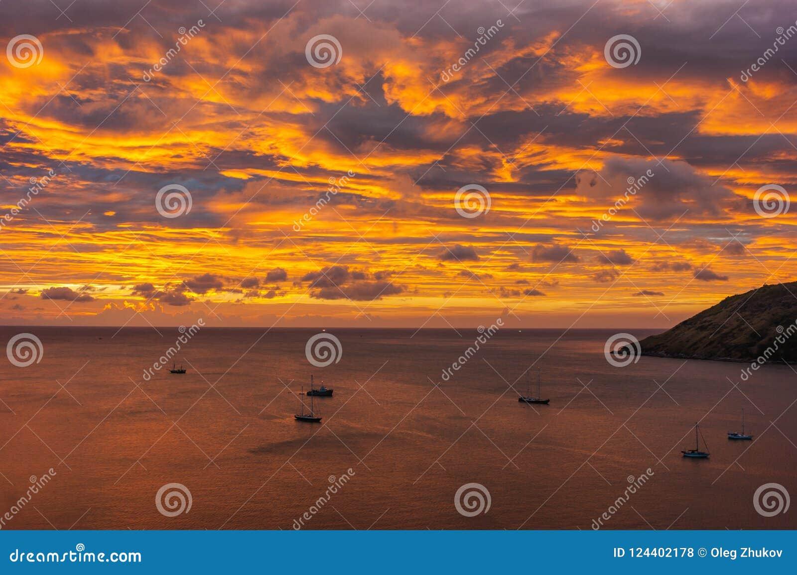 Yachten und Boote bei Sonnenuntergang