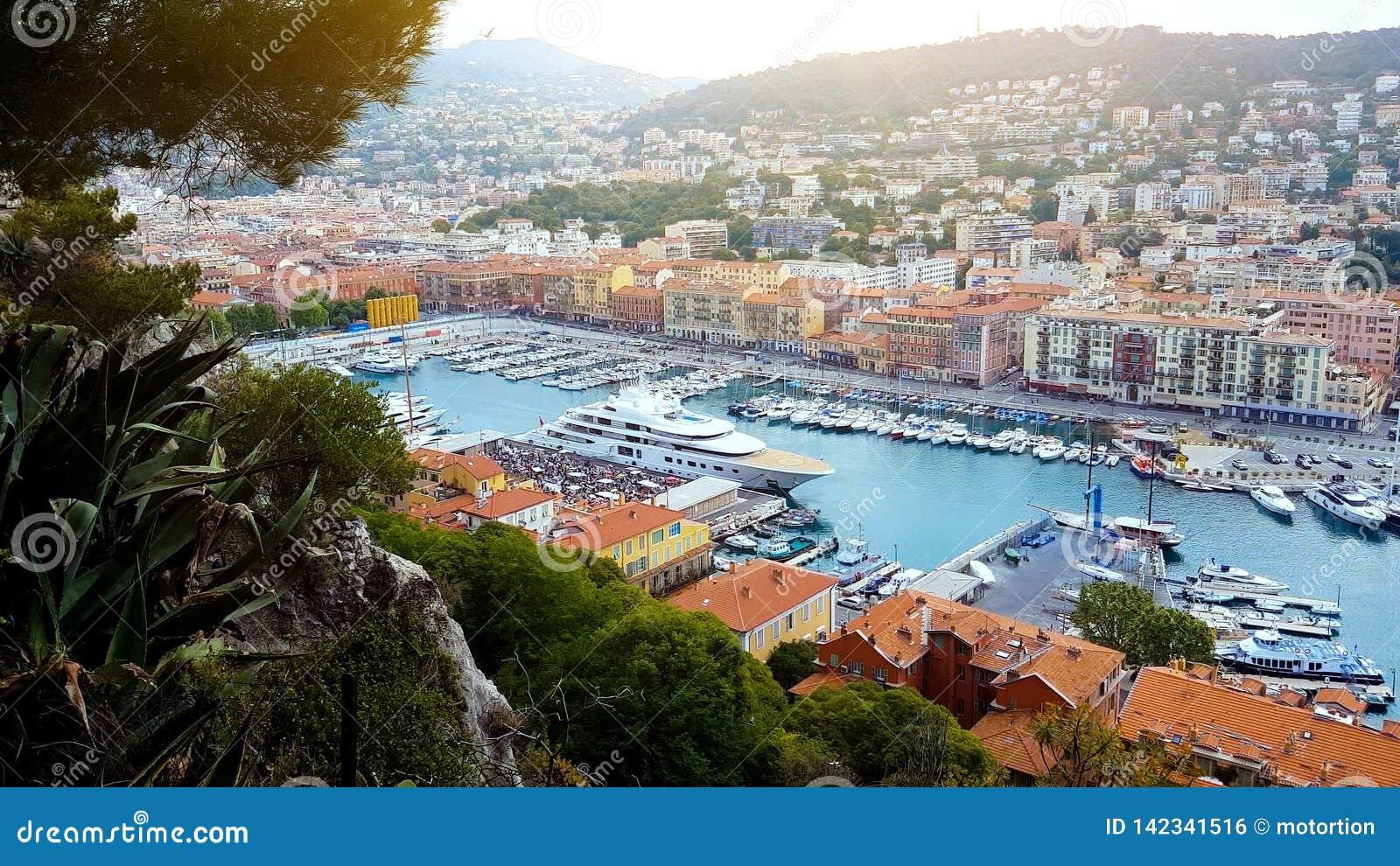 Yachten und Boote im Hafen von Nizza, Sommerstadtbild, französisches Riviera, Architektur