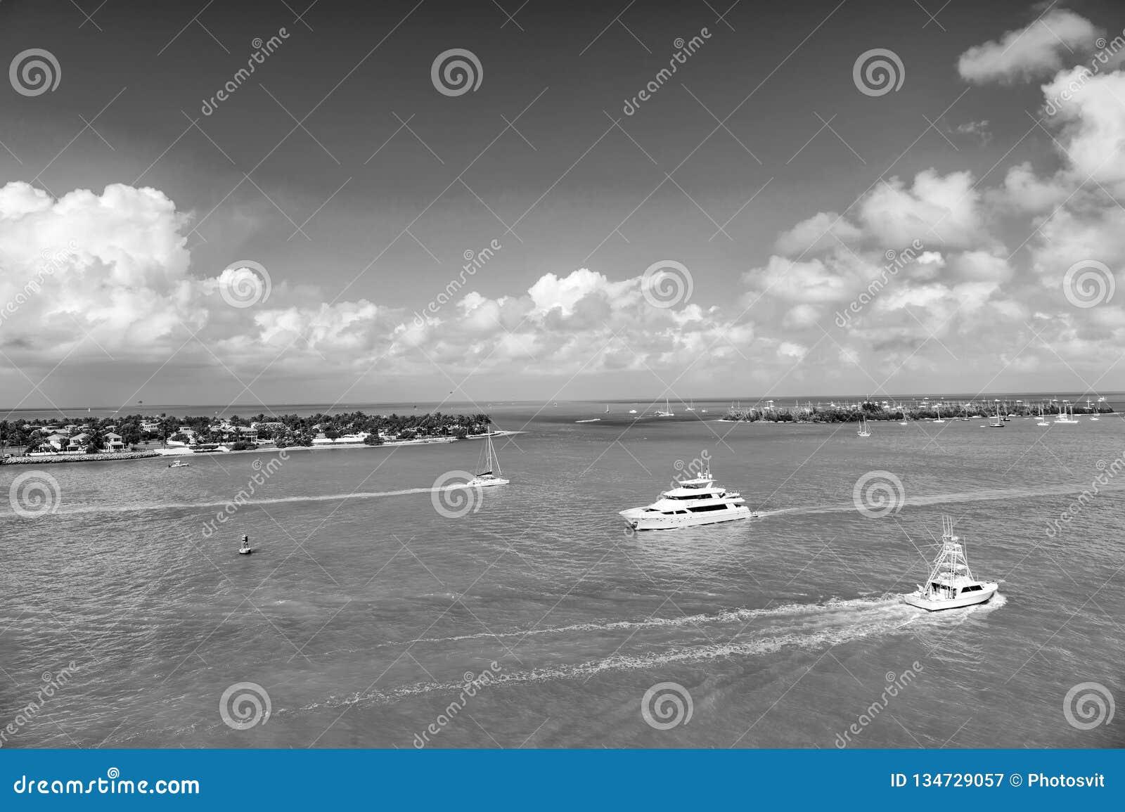 Yachten und Segelboote im Türkismeer in Key West, USA Meerblick mit Inseln und Booten auf bewölktem blauem Himmel Segeln und