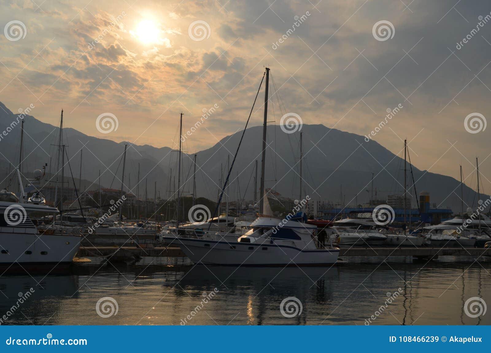 Yachter förtöjde i en marina av kroaten riviera i solnedgång