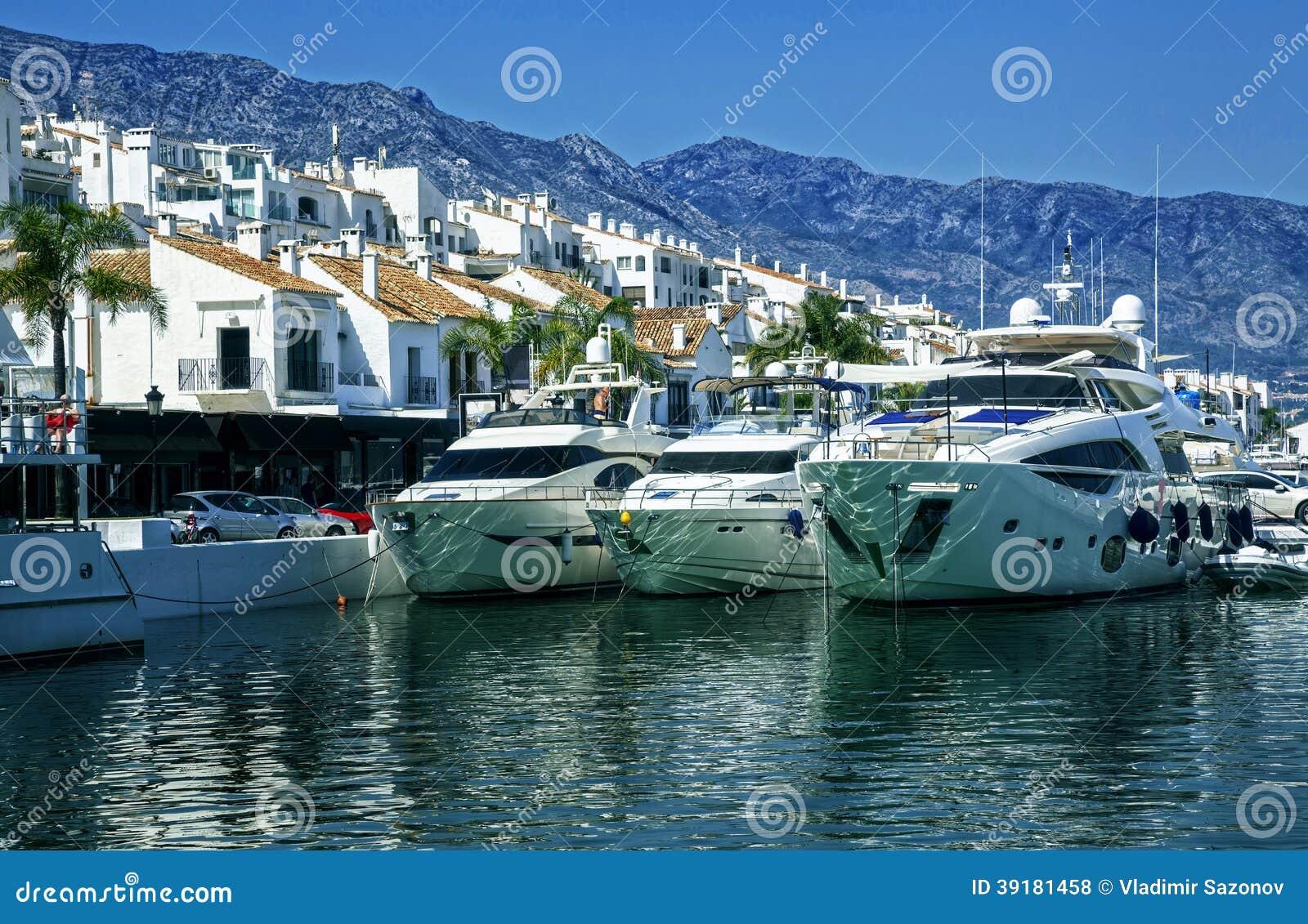 Yachter i Puerto Banus, marina av Marbella, Spanien