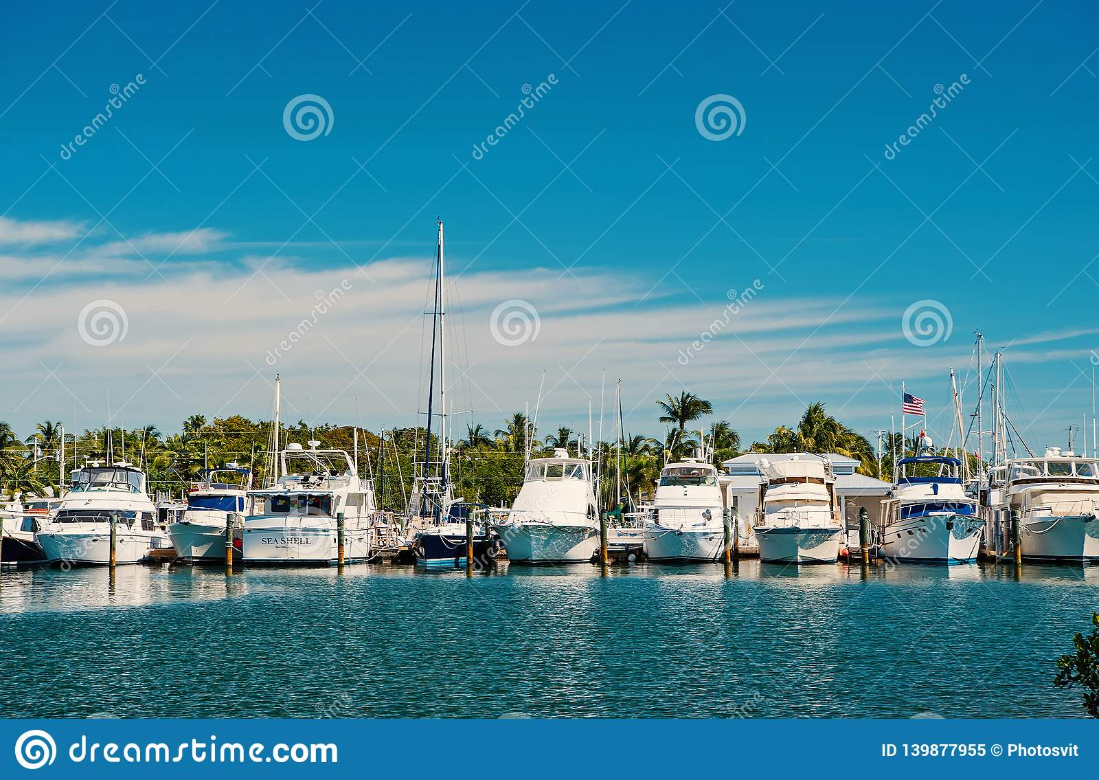 Yachter och seglingskepp som förtöjas på havspir på solig blå himmel Segling- och seglingbegrepp Sommarsemester på tropiskt