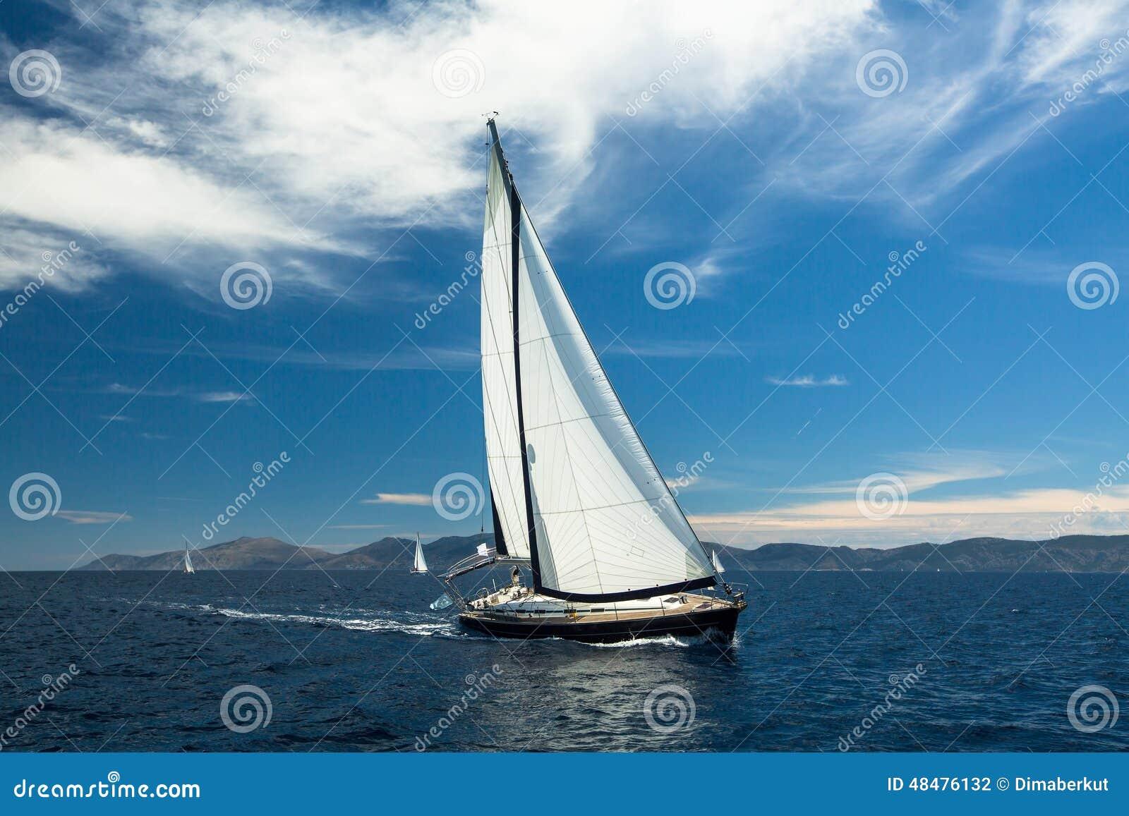 Yachting E Reihen von Luxusyachten am Jachthafendock Reise