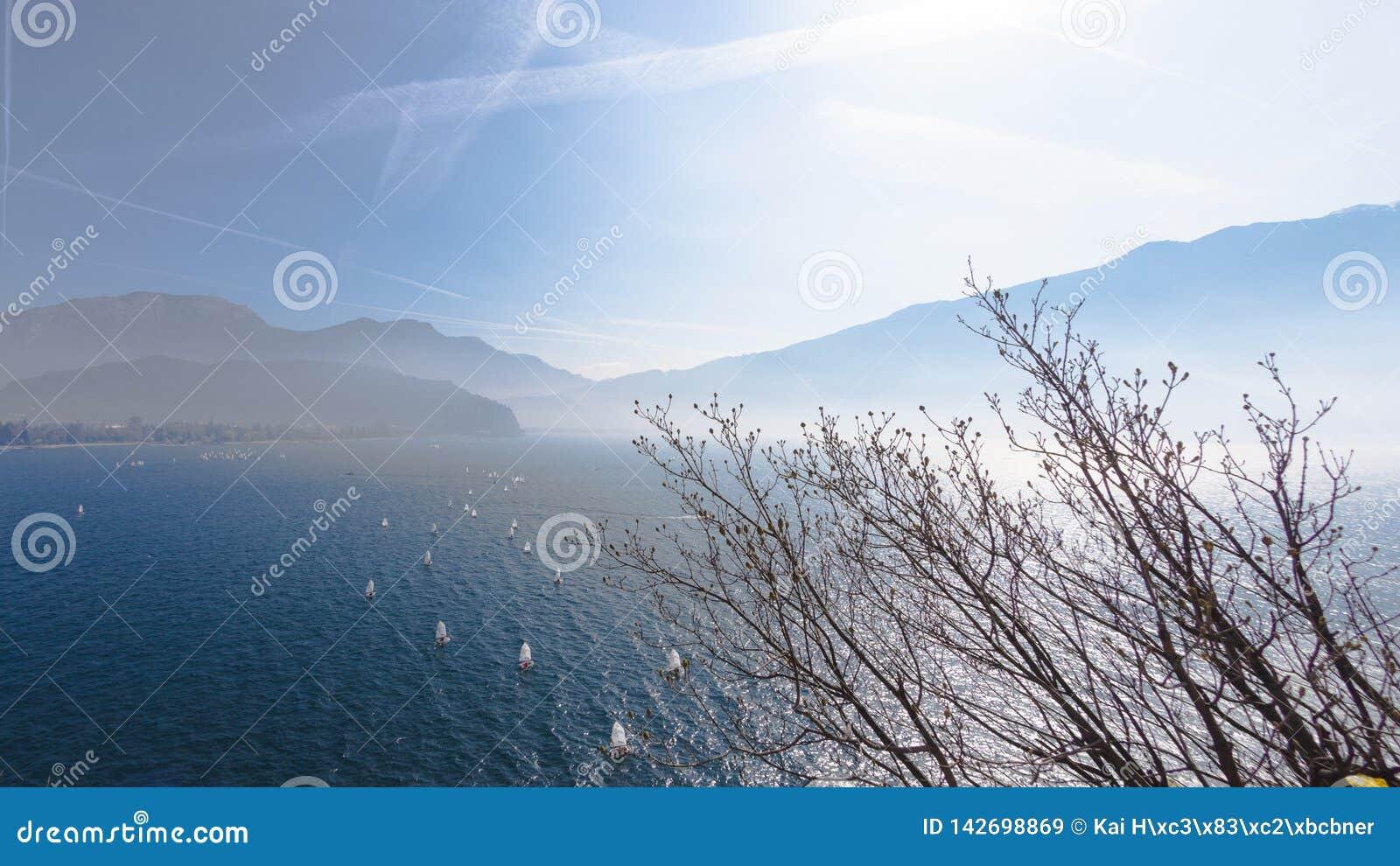 Yachting Panorama da paisagem com navigação do navio do sailer do iate por ondas do lago ou do mar em nivelar raios de sol do sol