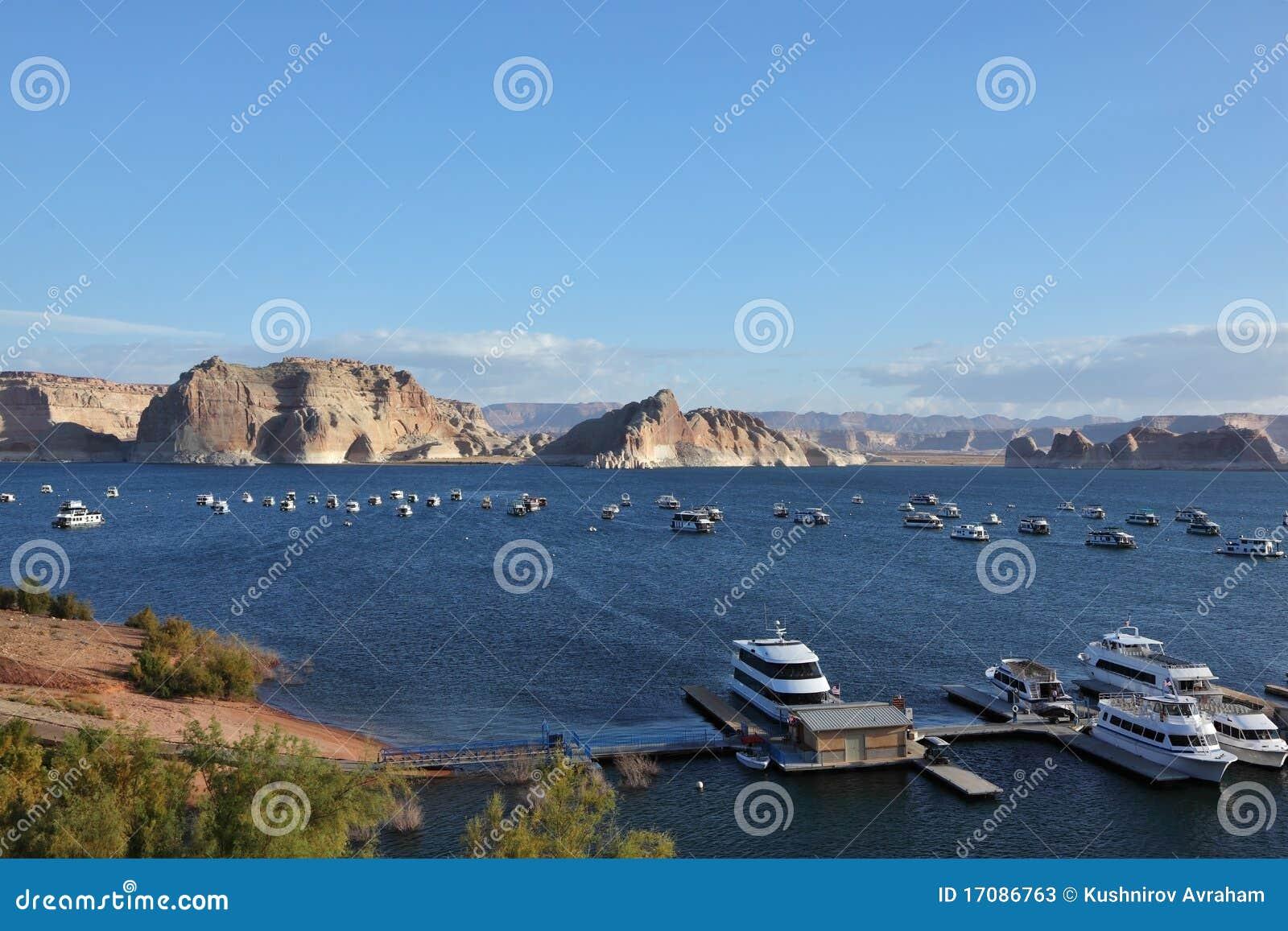 Yachtpier auf dem See