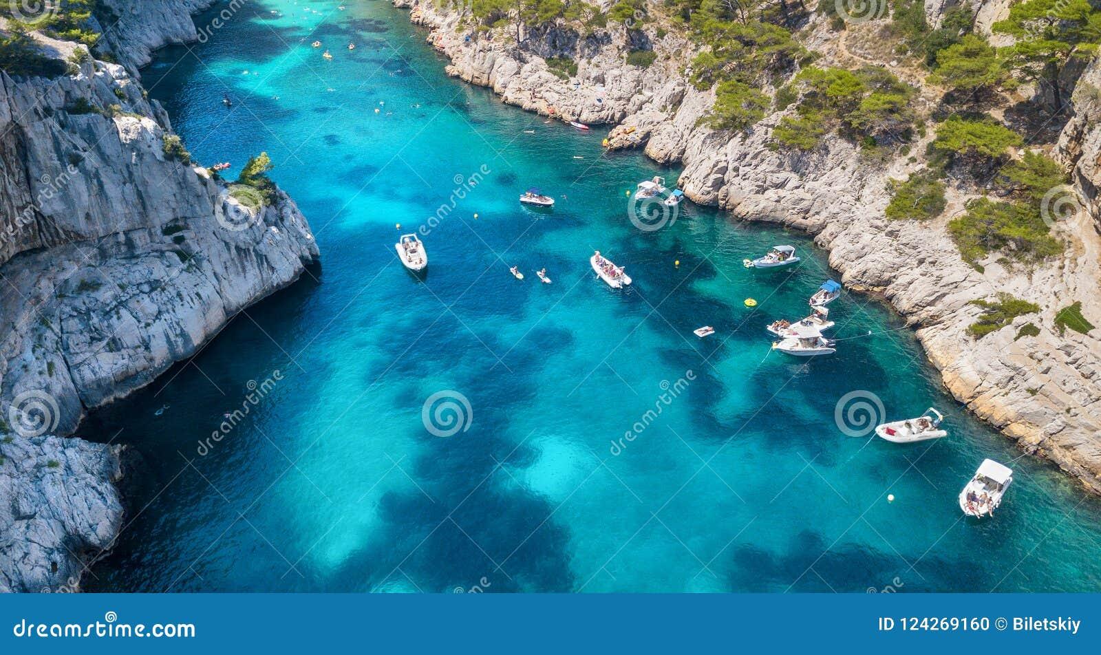 Yachts à la mer dans les Frances Vue aérienne de bateau de flottement de luxe sur l eau transparente de turquoise au jour ensolei