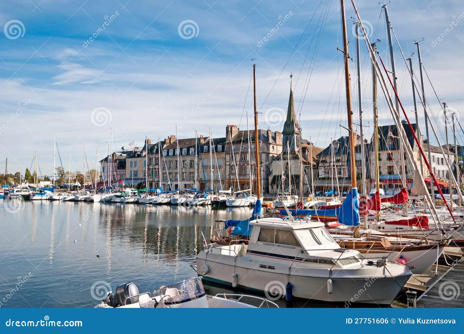 Yachts dans le port de Honfleur, France