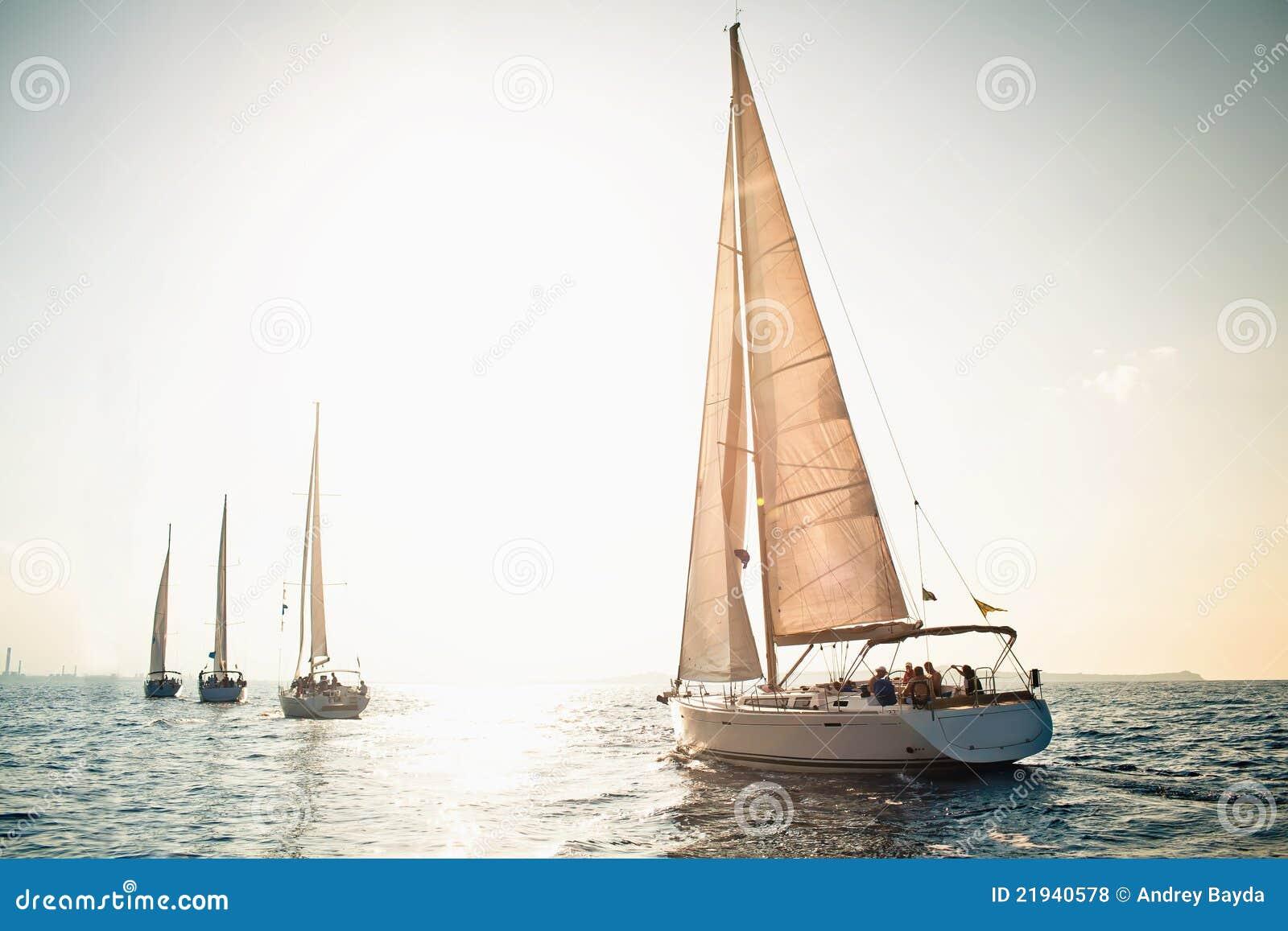 Yachts de bateau de navigation avec les voiles blanches
