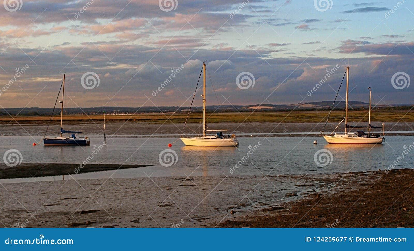 3 yachts imprisioned en eaux peu profondes comme ils attendent patiemment la prochaine marée haute