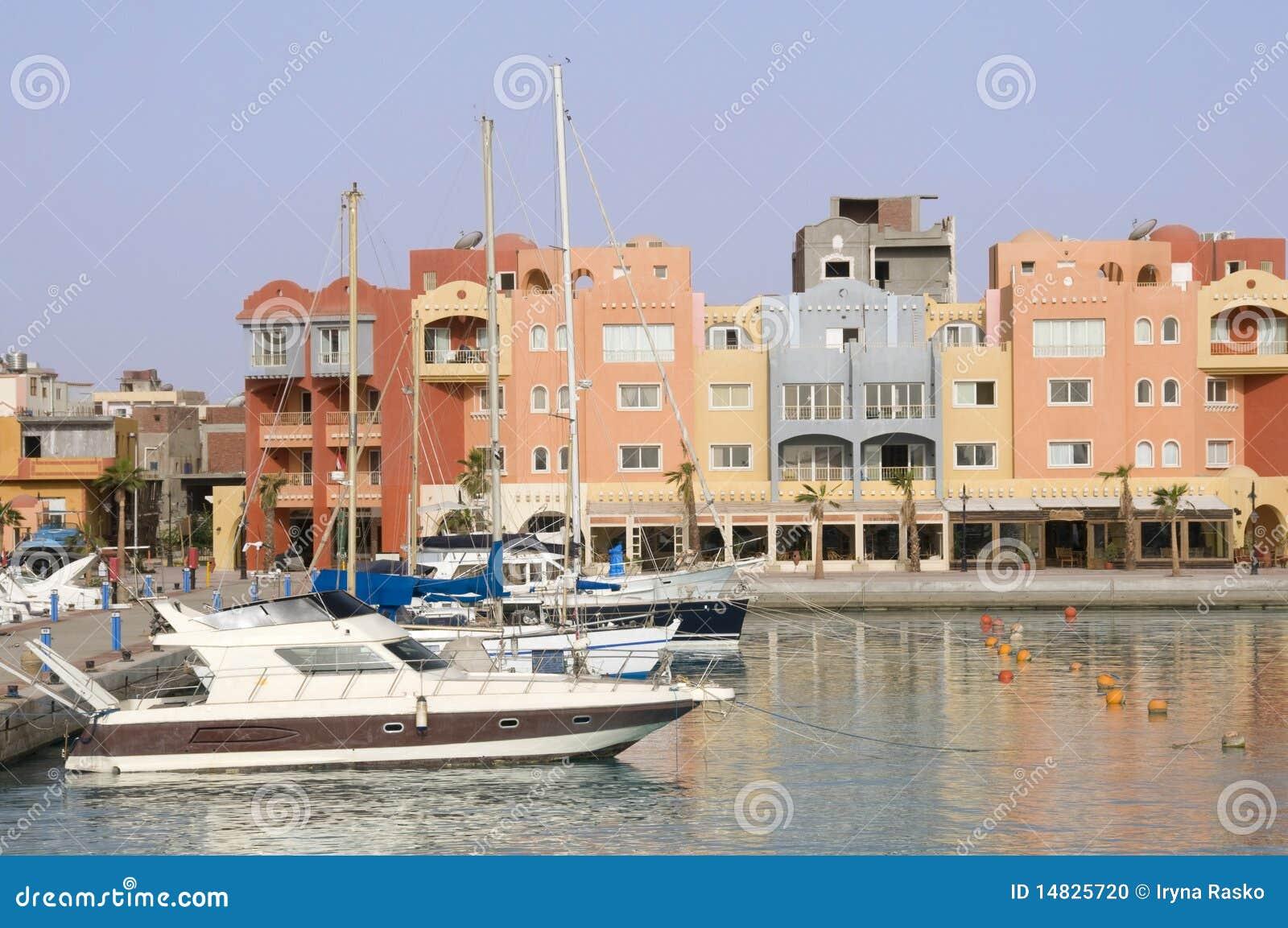 Yachts sur l ancrage