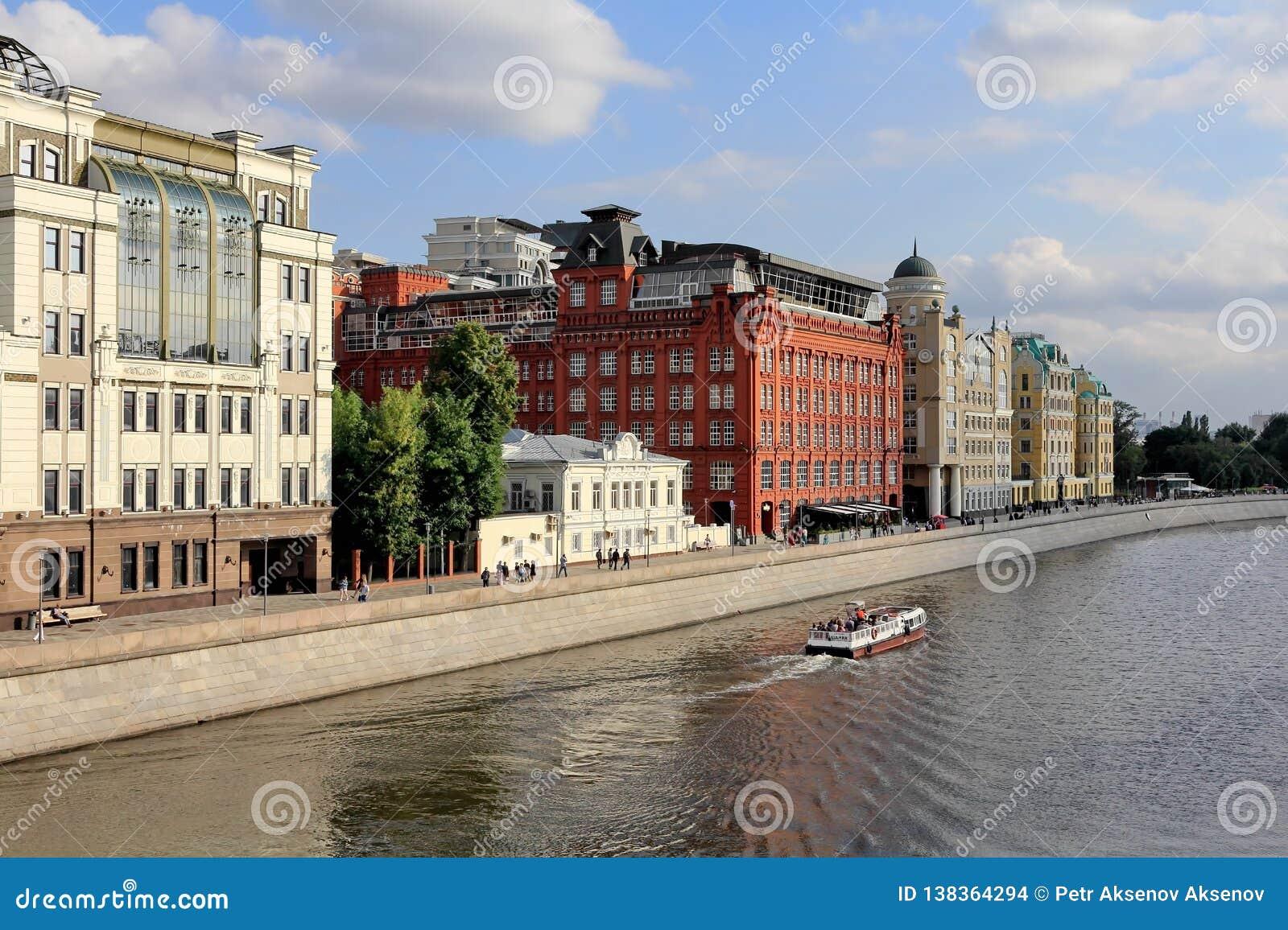Yakimanskaya bulwar Vodootvodnyy Korytkowy Drenażowy kanał w Moskwa w Lipu