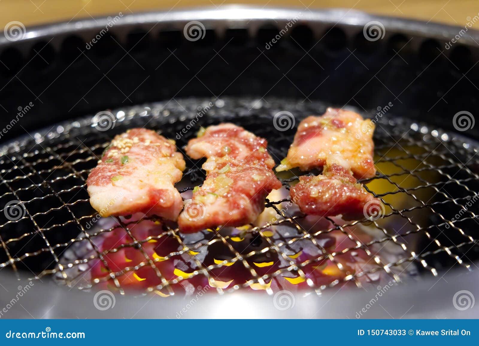 Yakiniku o carne de vaca asada a la parrilla japonesa de la barbacoa en parrilla