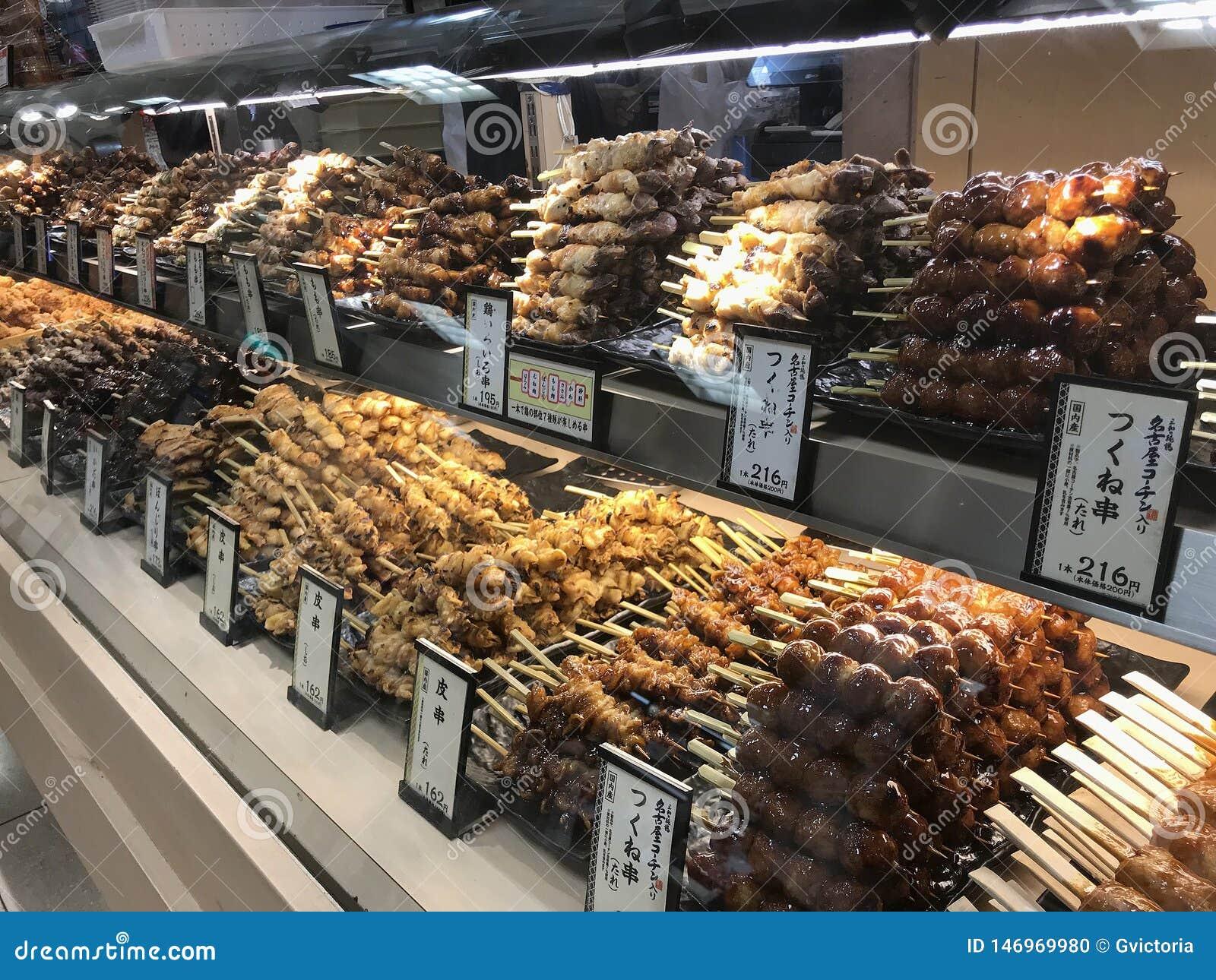 Yakitori gotowy dla sprzedaży przy piec na grillu mięsnym kontuarem w Kyoto, Japonia