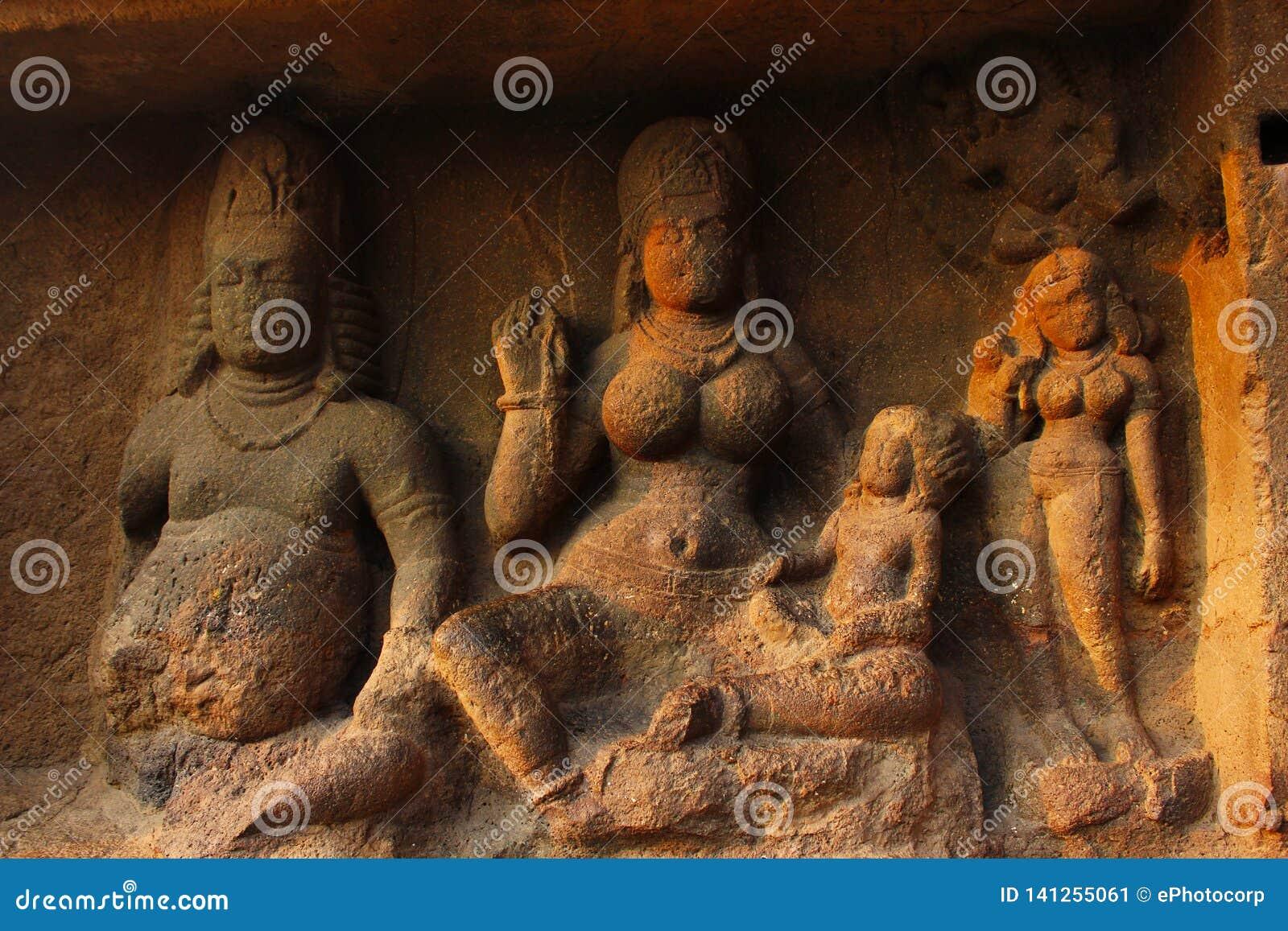 Yaksha Jambhala坐与他的妻子,阿里迪,抱她的一她的膝部的五百个孩子,洞8,埃洛拉石窟,