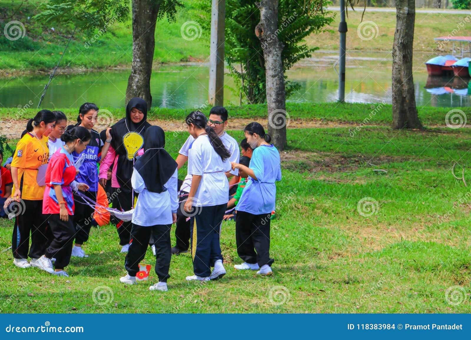 YALA, THAILAND - Juni 6, 2018: De vrijwilligersgebeurtenis van studentenuniversity cleaning prepared voor Milieu in het Openbare