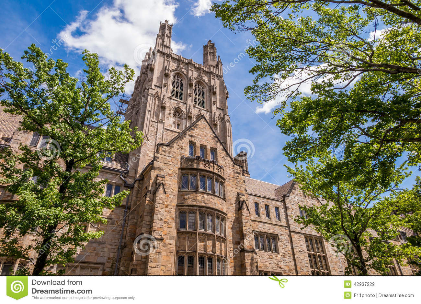 Yale universitaire gebouwen in de zomer blauwe hemel in New Haven, CT de V.S.