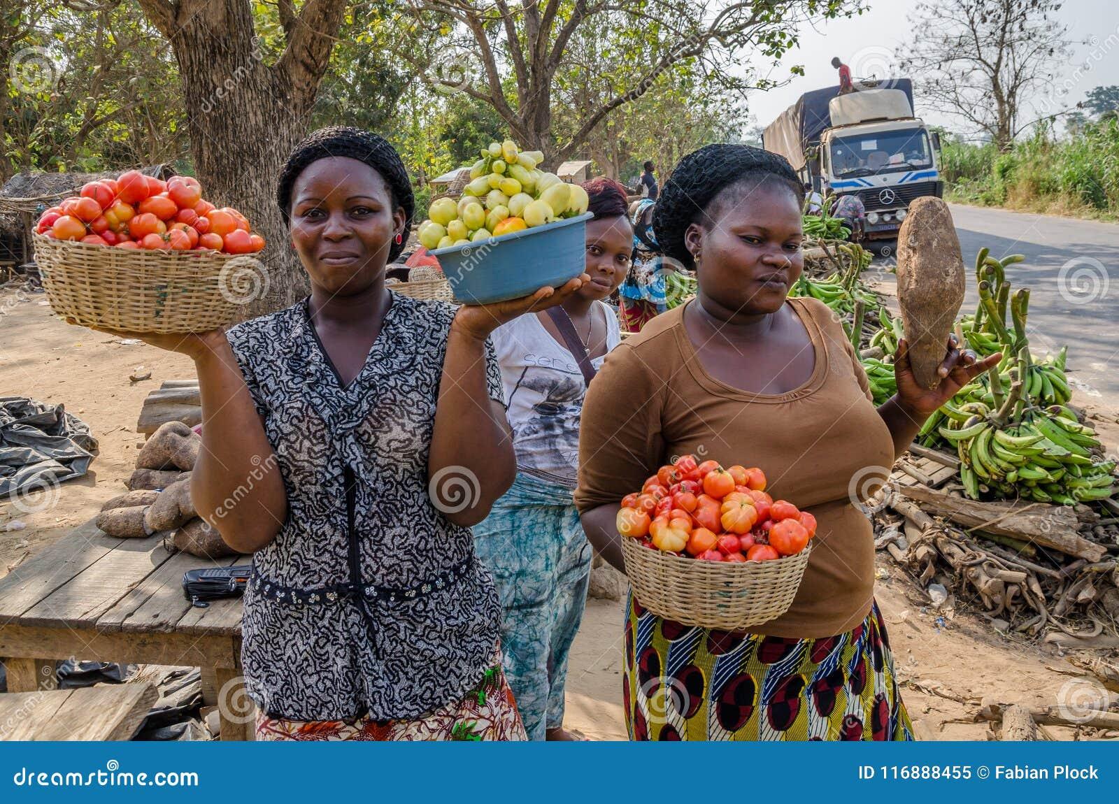 Yamoussoukro, Côte d Ivoire - janvier 31,2014 : Femmes africaines non identifiées présent leurs légumes au marché de route