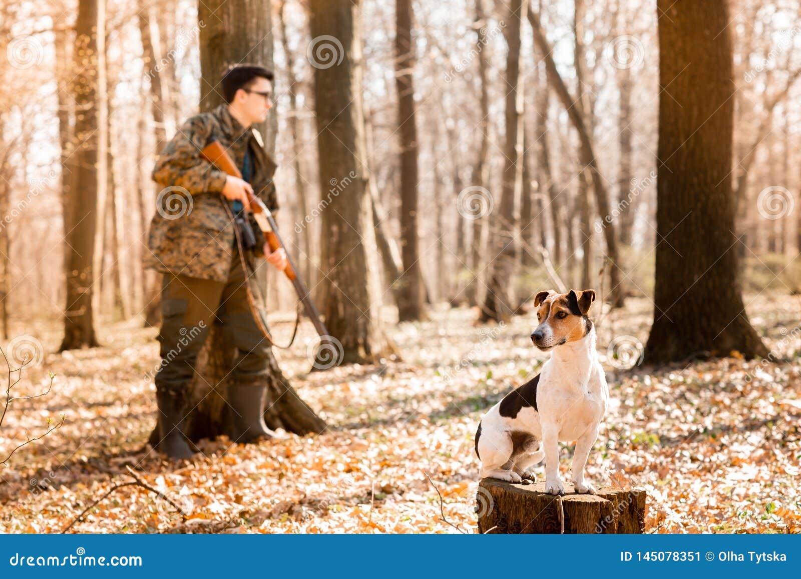 Yang-J?ger mit einem Hund auf dem Wald