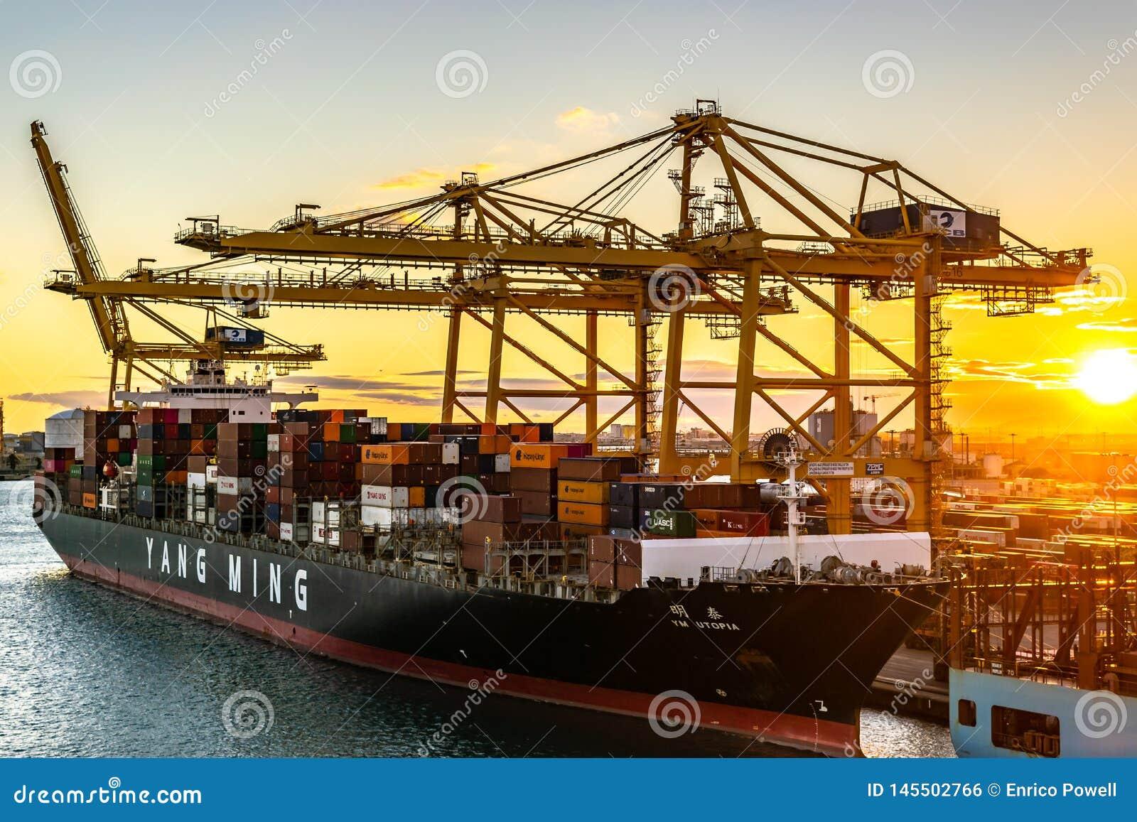 Yang Ming Cargo Vessel bij de Haven van Barcelona bij zonsondergang wordt gedokt die