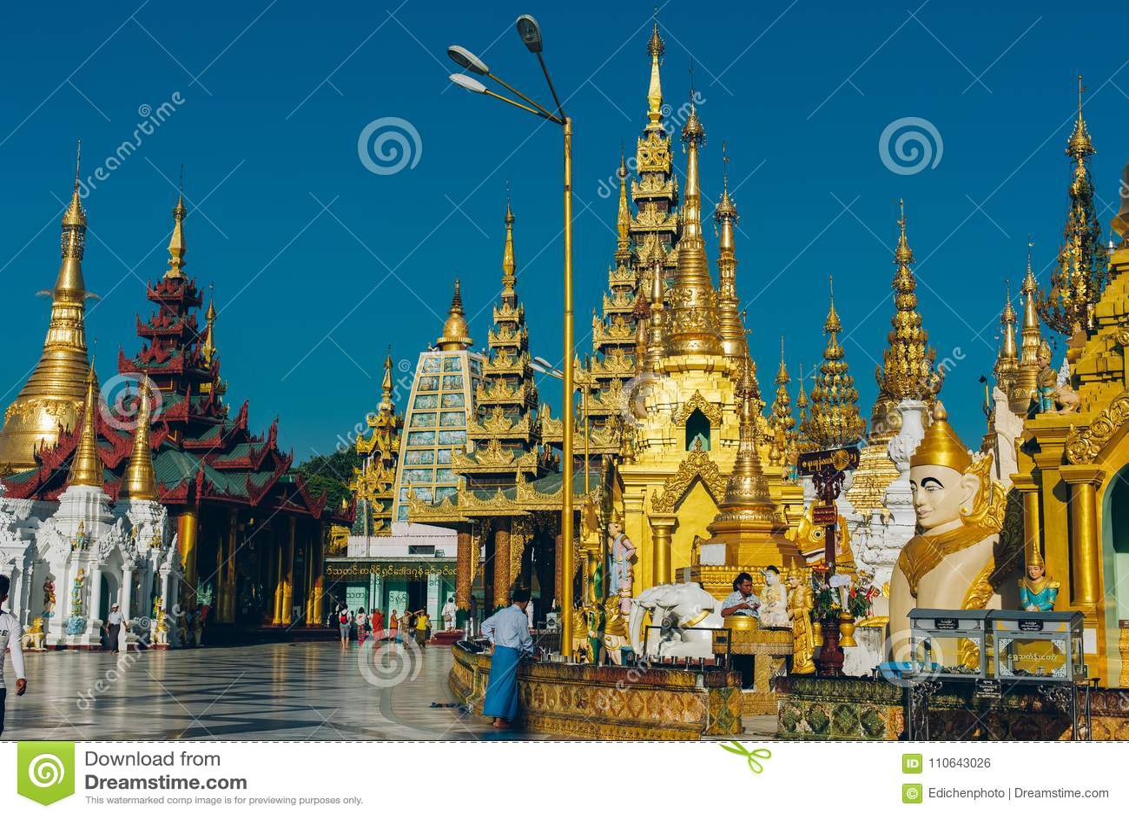 Yangon, Myanmar - 19 de fevereiro de 2014: Cerimônia da classificação em Shwedago