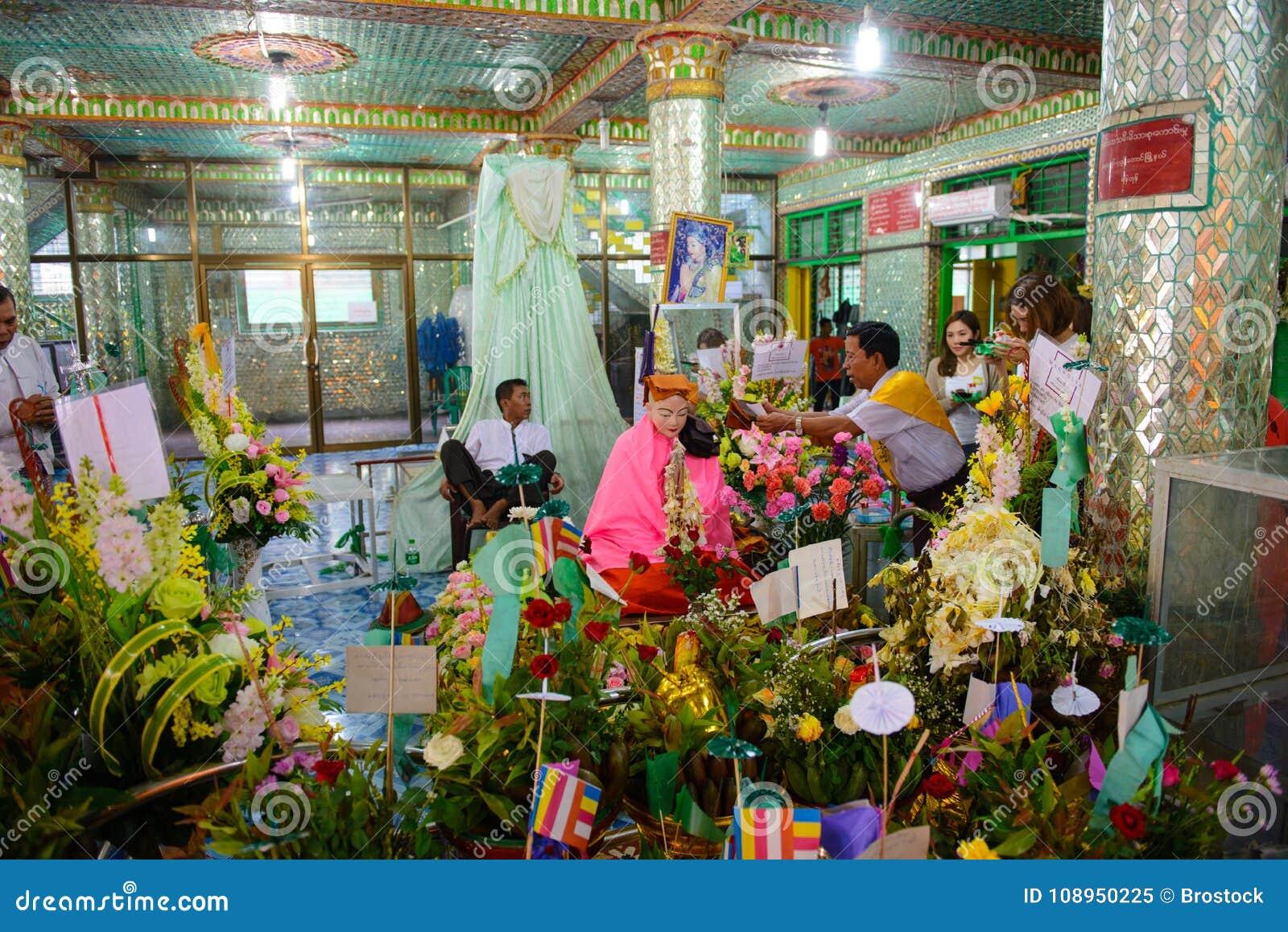 Yangon, Myanmar - 13 de outubro de 2016: Respeito dos povos de Myanmar para o anjo do ` de Amadaw Mya Nan Nwe do ` dos sussurros