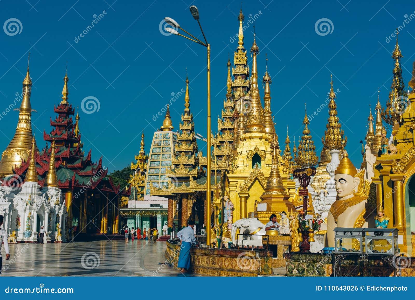 Yangon Myanmar, FEB, - 19th 2014: Wyświęcenie ceremonia przy Shwedago