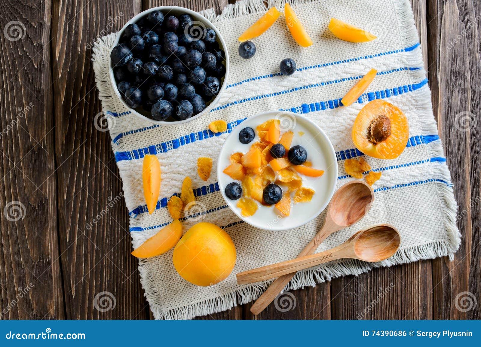 Yaourt avec les myrtilles, les flocons d avoine et les abricots frais, vue supérieure