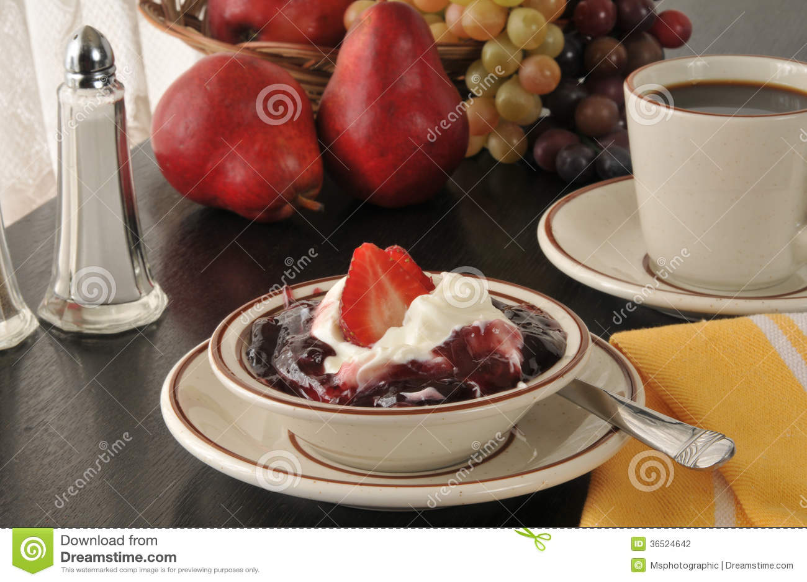 Yaourt grec avec des fraises