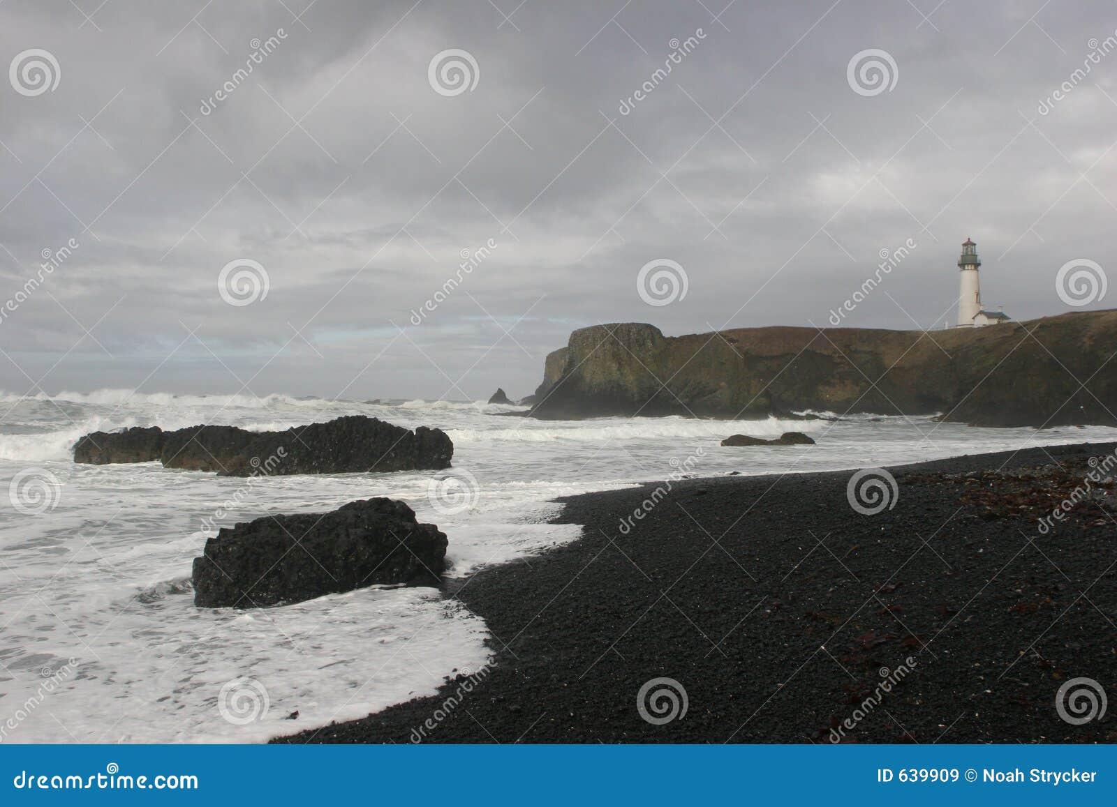 Download Yaquina маяка стоковое изображение. изображение насчитывающей океан - 639909