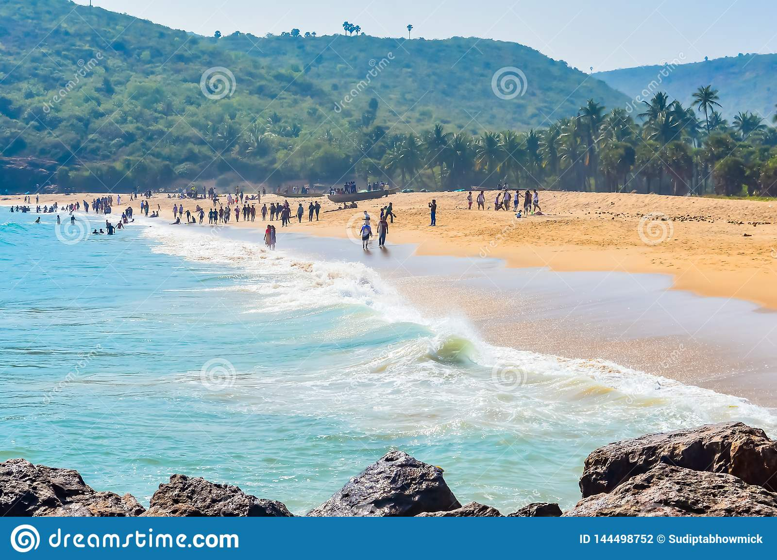 Yarada海滩,维沙卡帕特南,印度2018年12月10日-放松和享用在Yarada海滩的人们 海岸地区被围拢