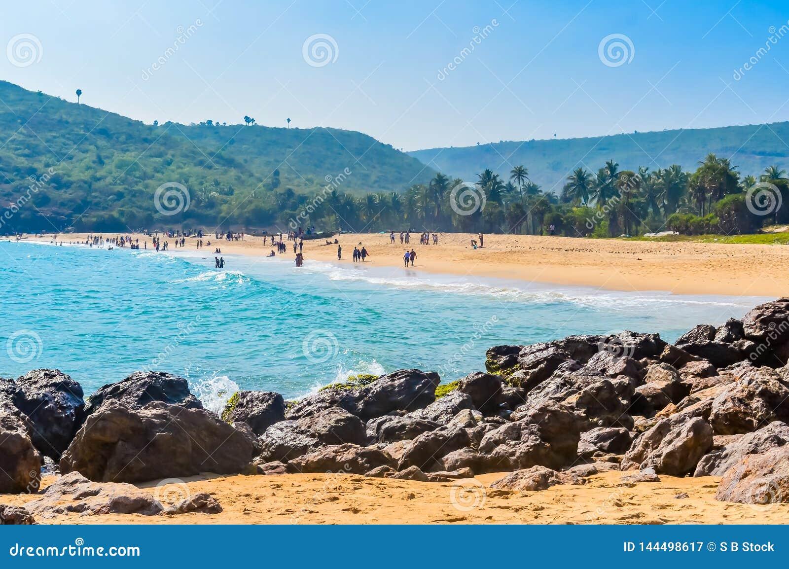 Yaradastrand, Visakhapatnam, India 10 December 2018 - Mensen die en in Yarada-Strand ontspannen genieten van Het Kustgebied is om