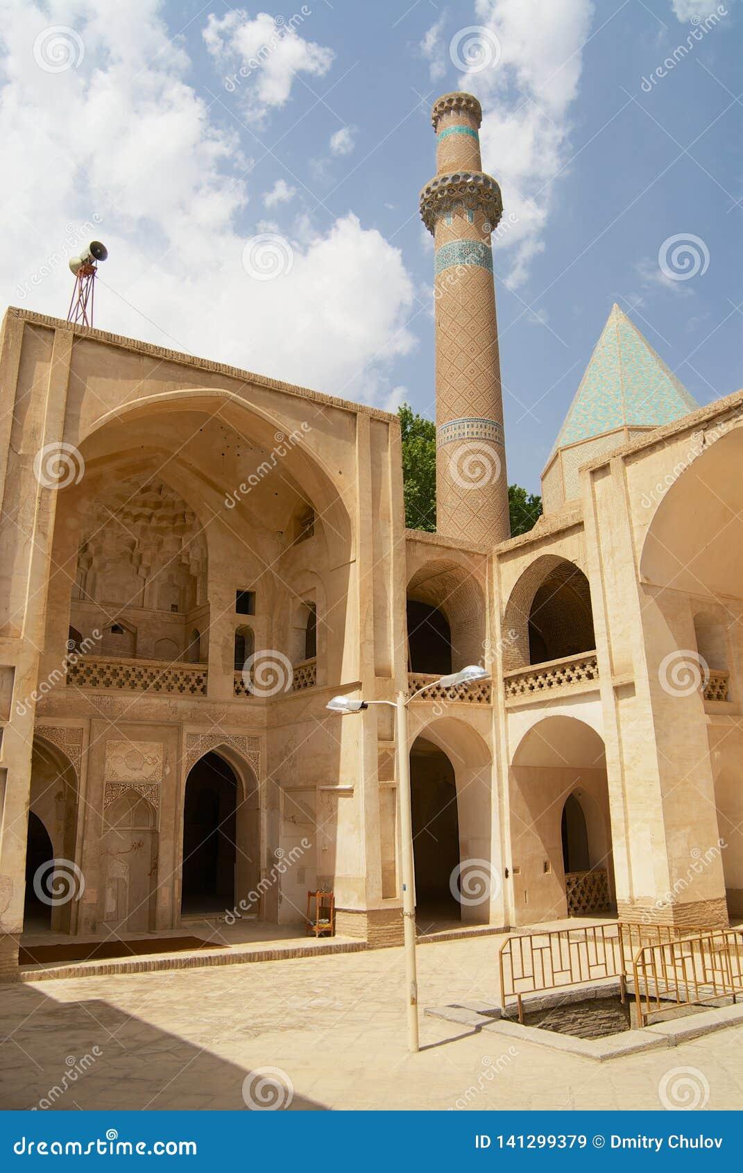 Yarda y alminar interiores de la mezquita en Natanz, Irán