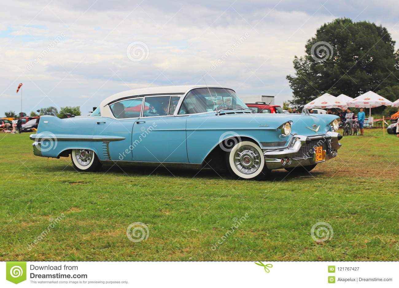 Yaslo, Polonia - 3 luglio 2018: La vecchia Cadillac classica americana di colore blu determina il throuth un verde Faro posterior