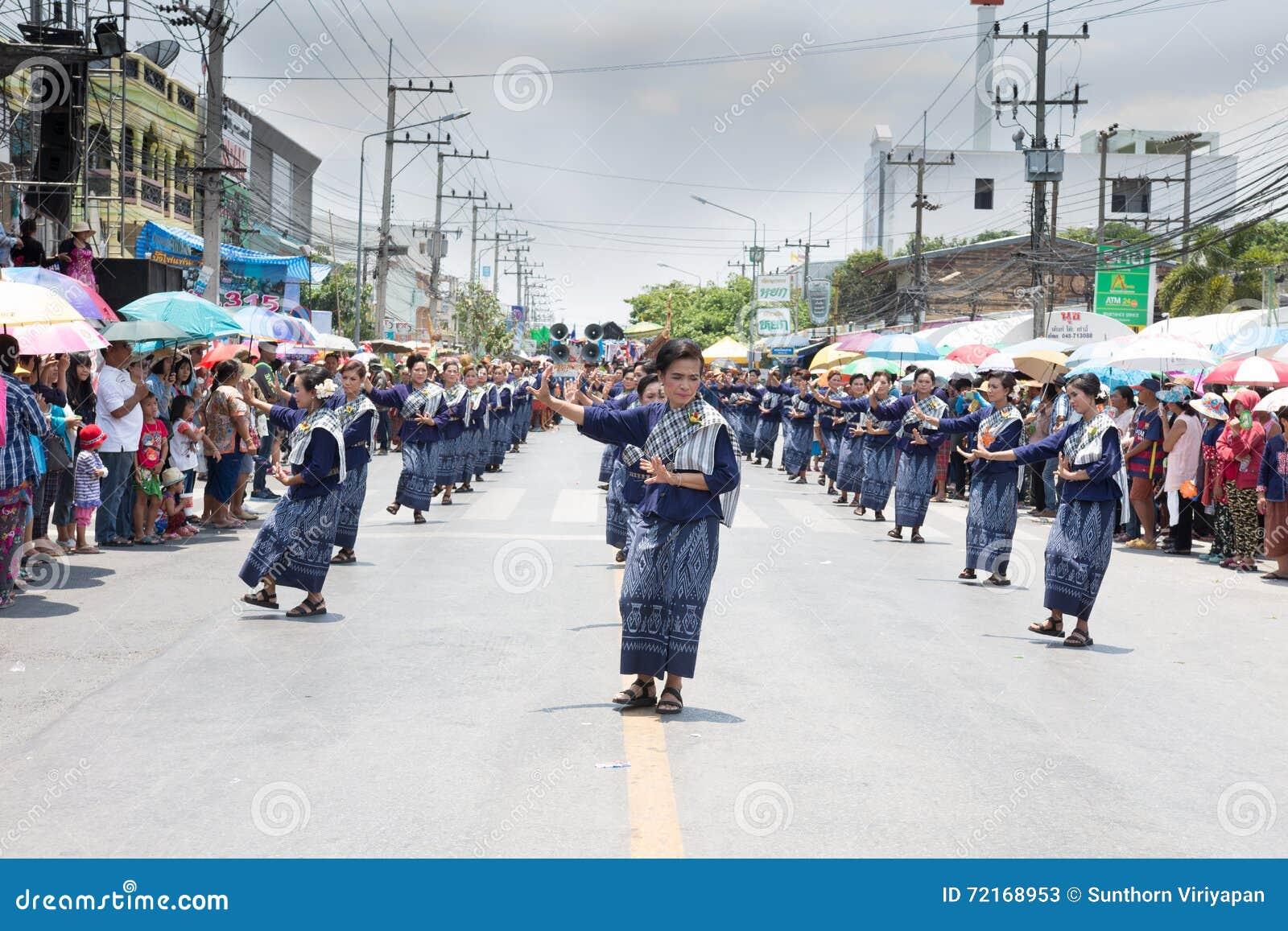 YASOTHORN, THAI-MAY 16 :未认出的舞蹈家执行在泰国D