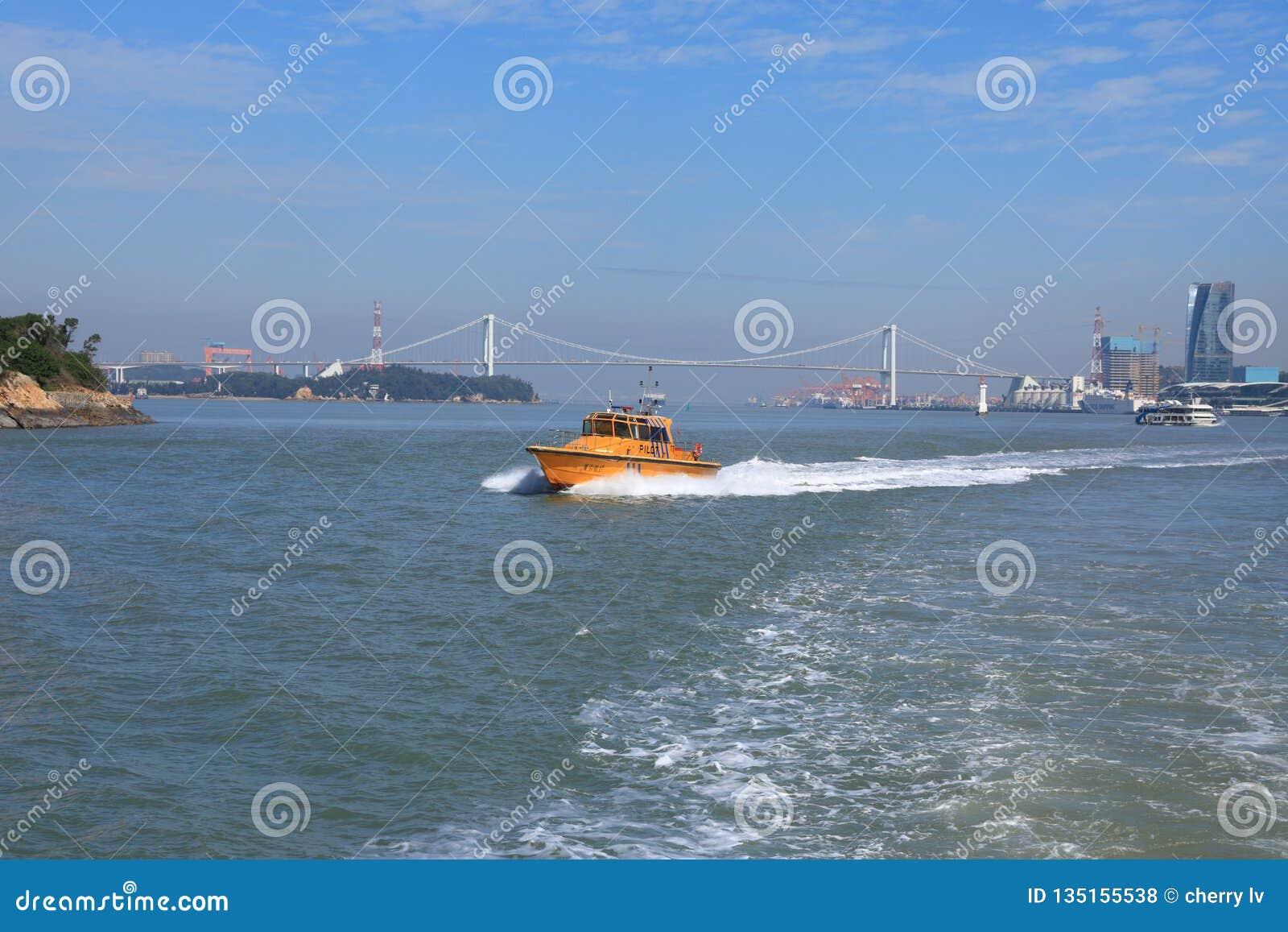Yate de lujo del barco del poder en el mar azul Forma de vida, aérea