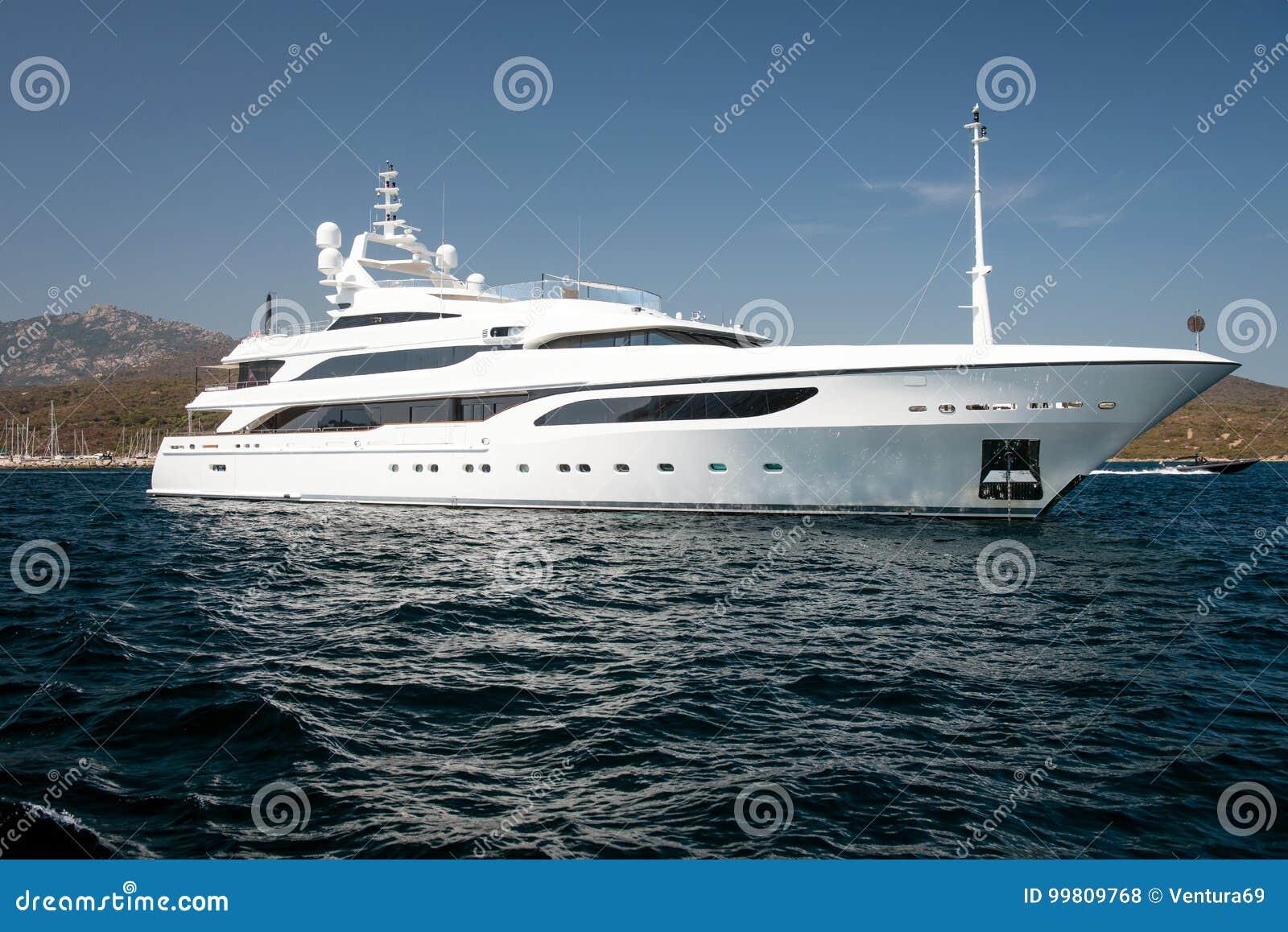 Yate del motor en el mar azul