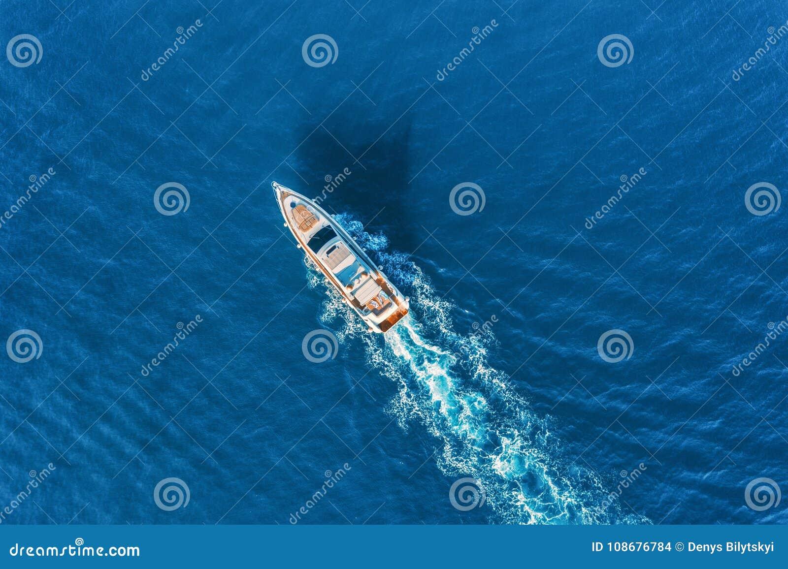Yate en el mar Vista aérea de la nave flotante de lujo