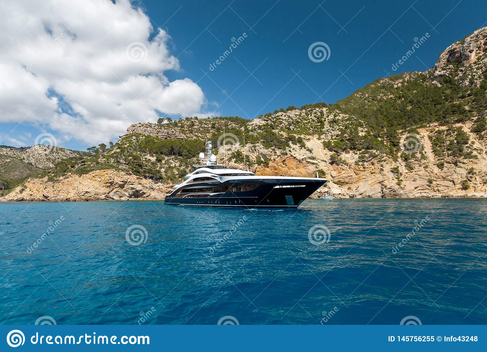 Yate grande del motor en el mar