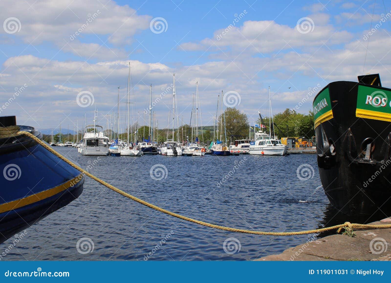 Yates de la navegación en el puerto deportivo escocés