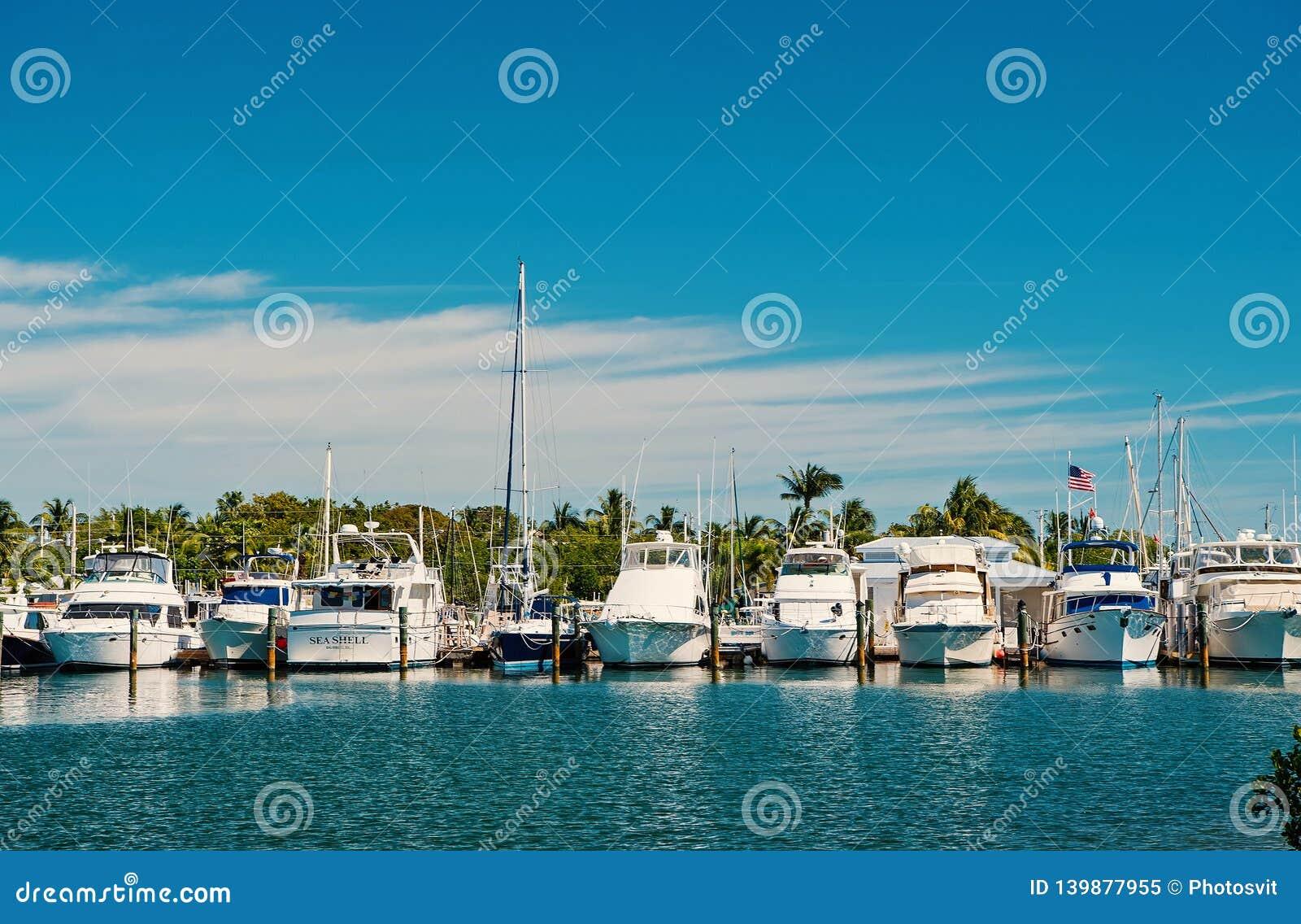 Yates y veleros amarrados en el embarcadero del mar en el cielo azul soleado Navegando y navegando concepto Vacaciones de verano