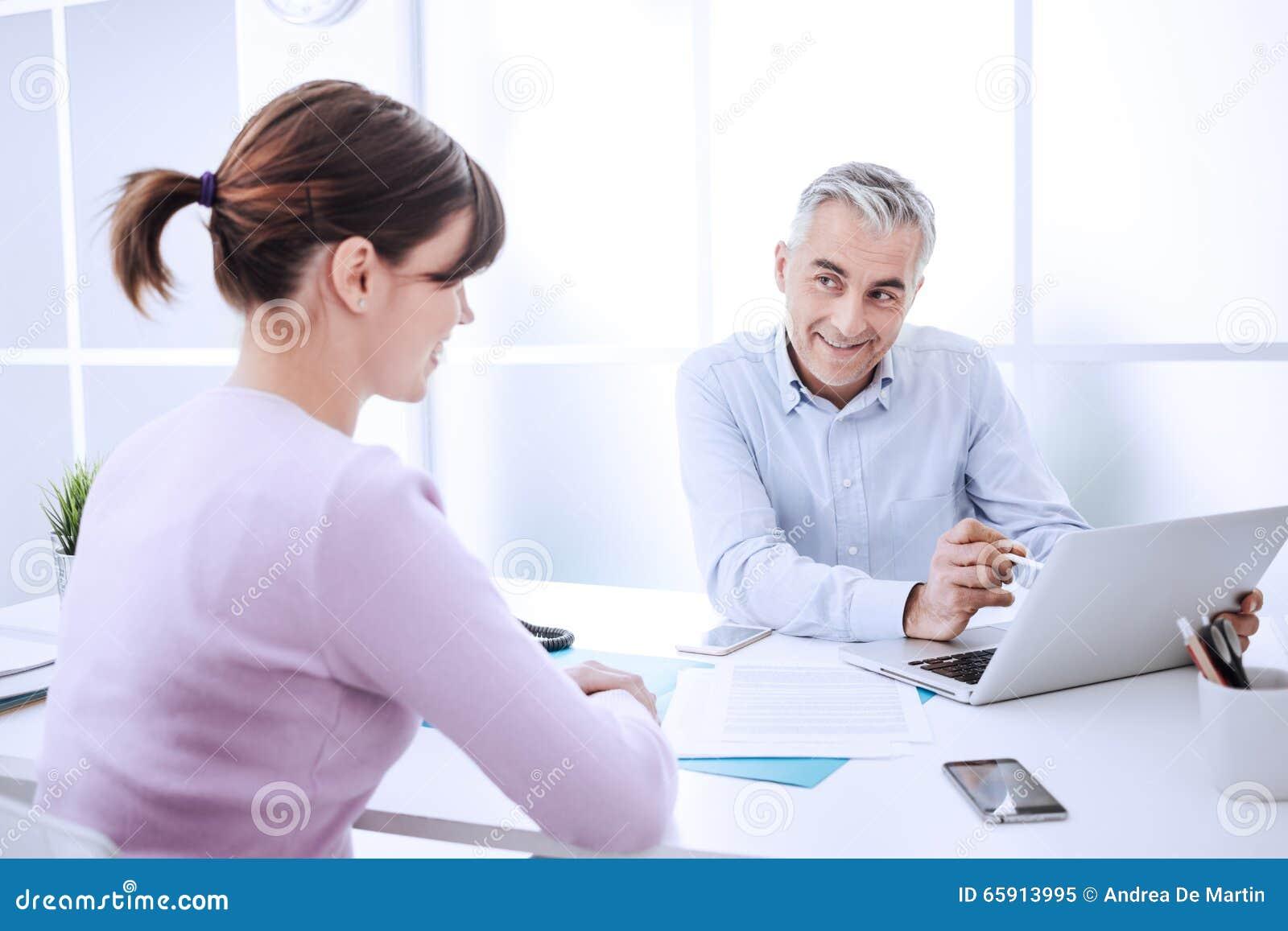 Życzliwy biznesmen spotyka kobiety