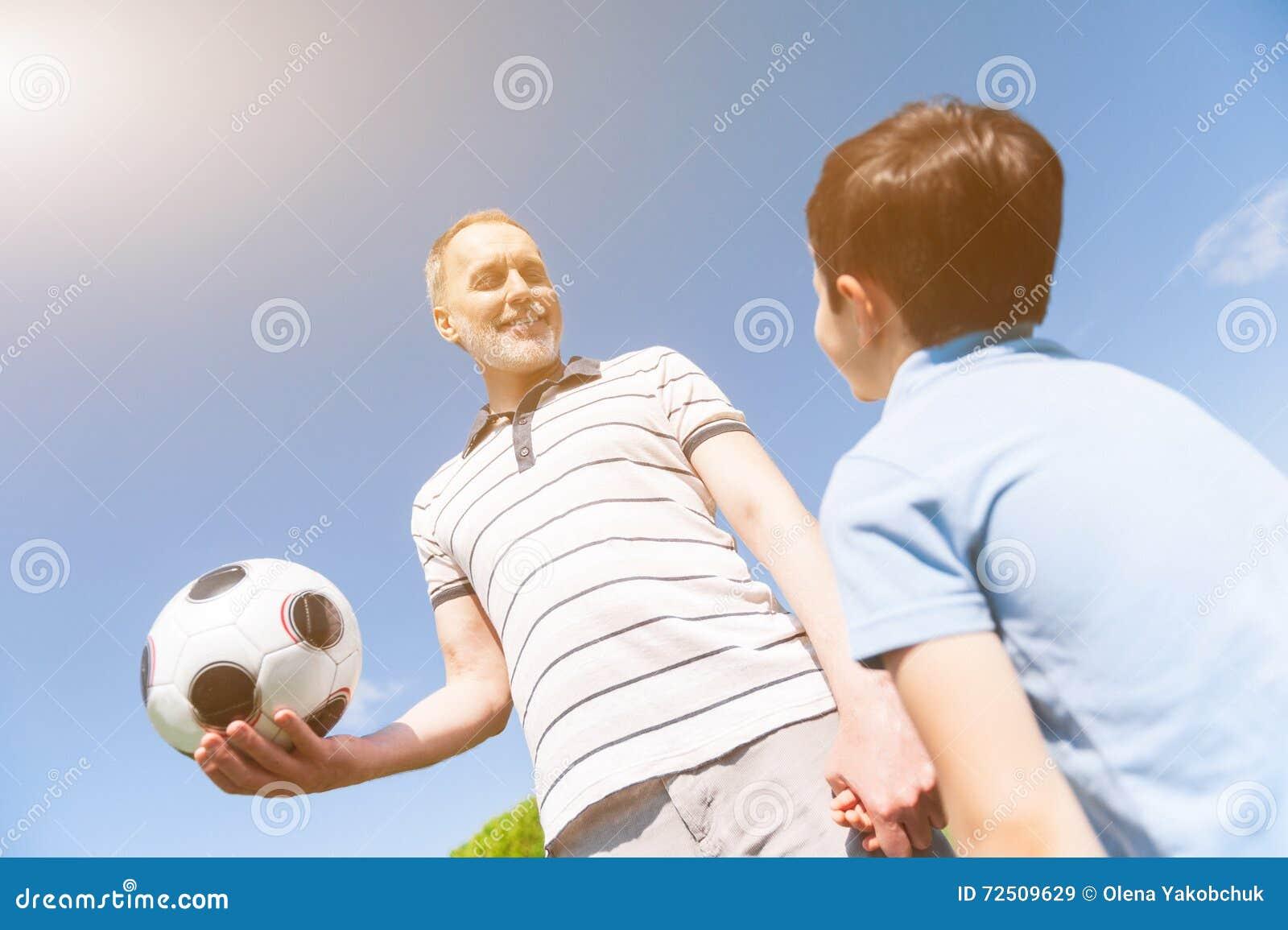 Życzliwy dziad bawić się z jego wnukiem