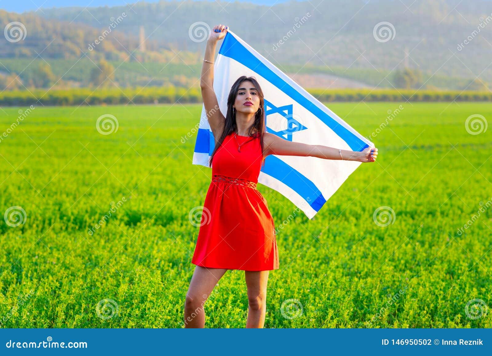 ?ydowska dziewczyna z flag? Izrael na zadziwiaj?cym krajobrazie w pi?knym lecie
