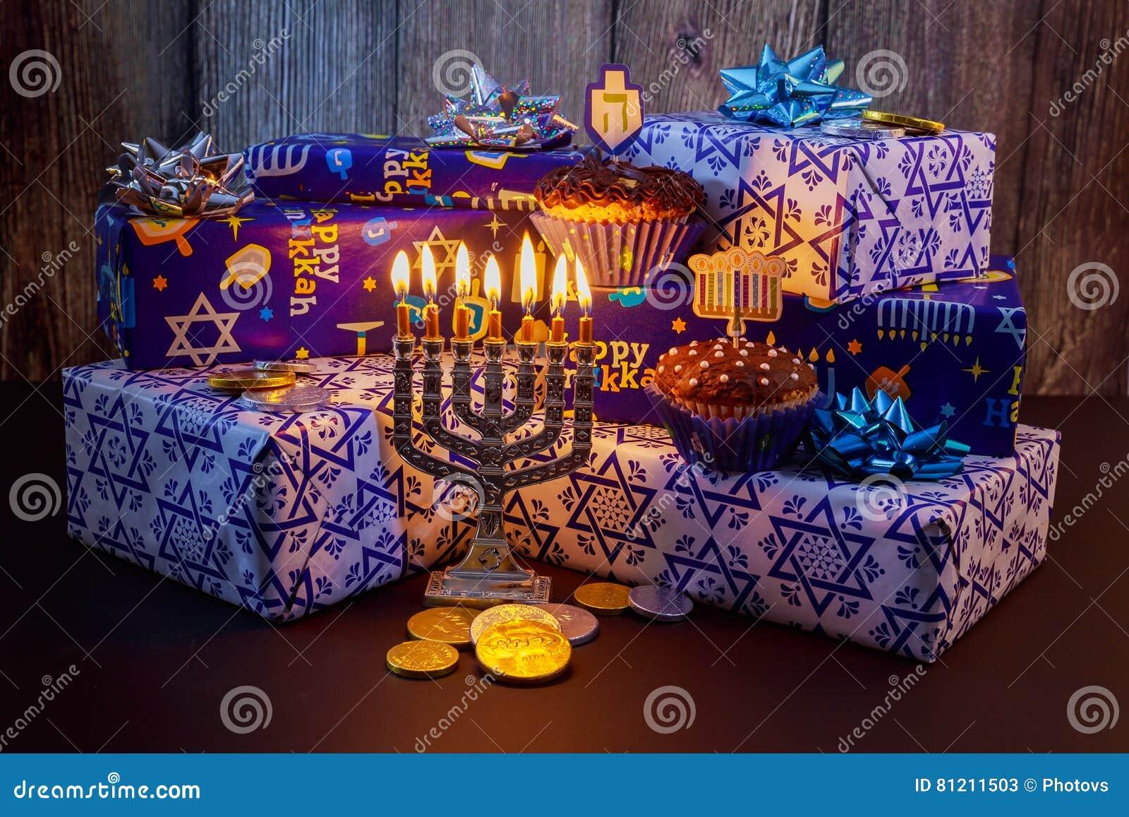Żydowskie wakacyjne HanukkahBeautiful Chanukah dekoracje w błękicie i srebrze z prezentami